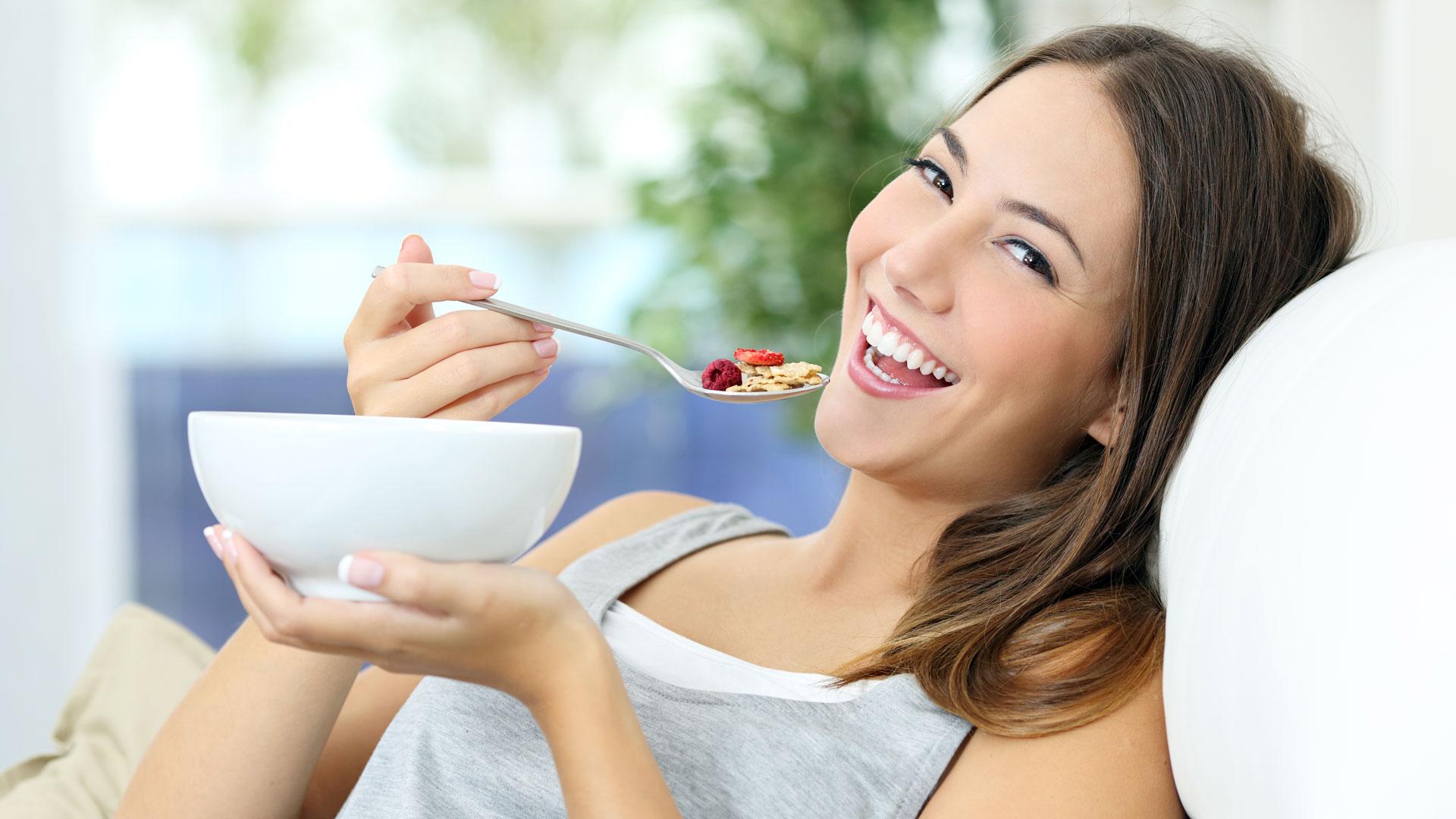 Una dieta balanceada reduce la producción de radicales libres que aceleran el envejecimiento(iStock)