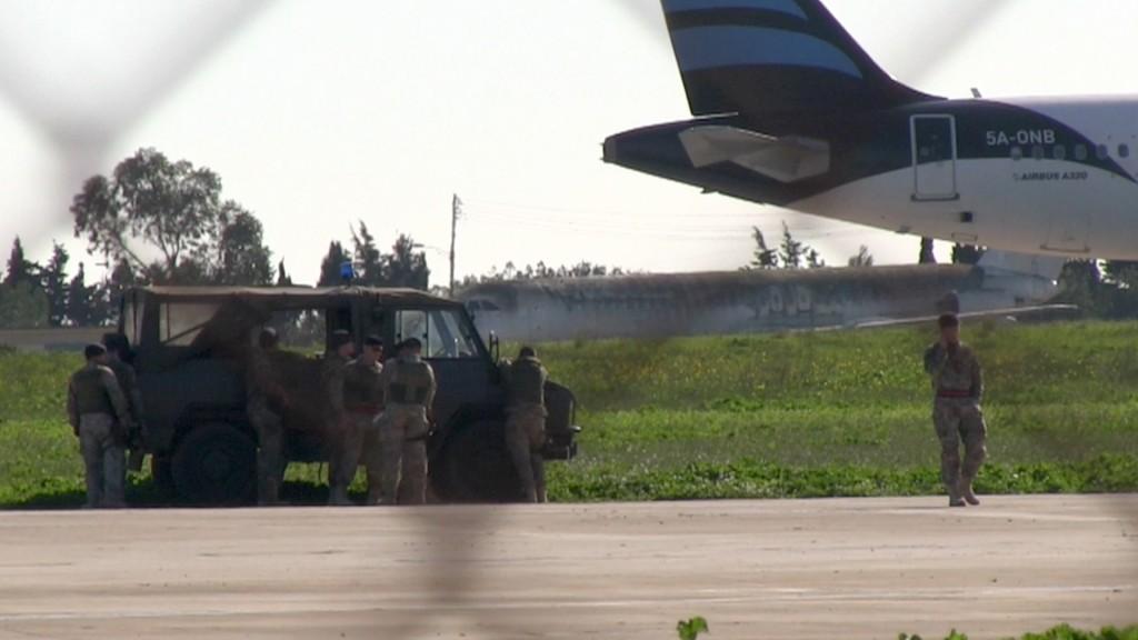 El avión está rodeado por efectivos policiales