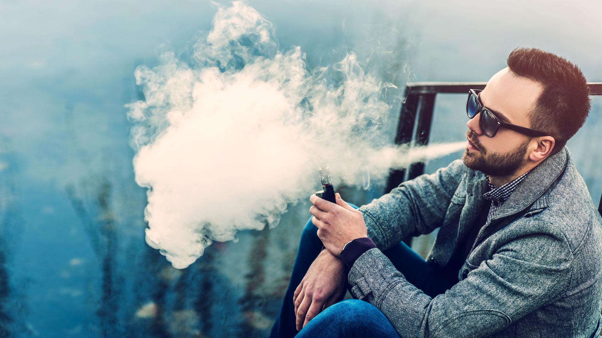 Los adolescentes y los adultos jóvenes pueden pasar del e-cigarette al tabaquismo común. (iStock)