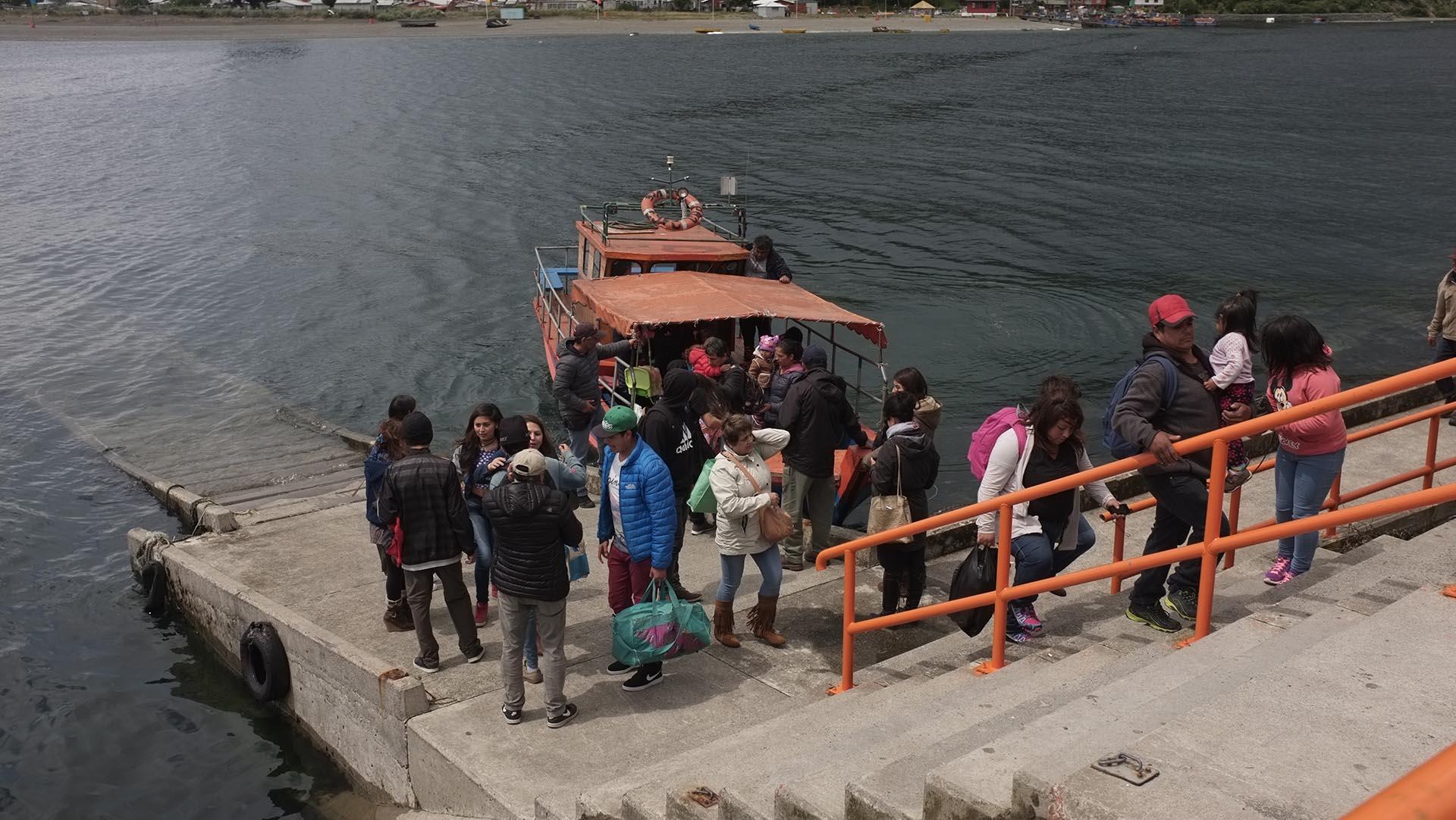 En Puerto Montt la gente también evacúa en pequeños barcos pesqueros