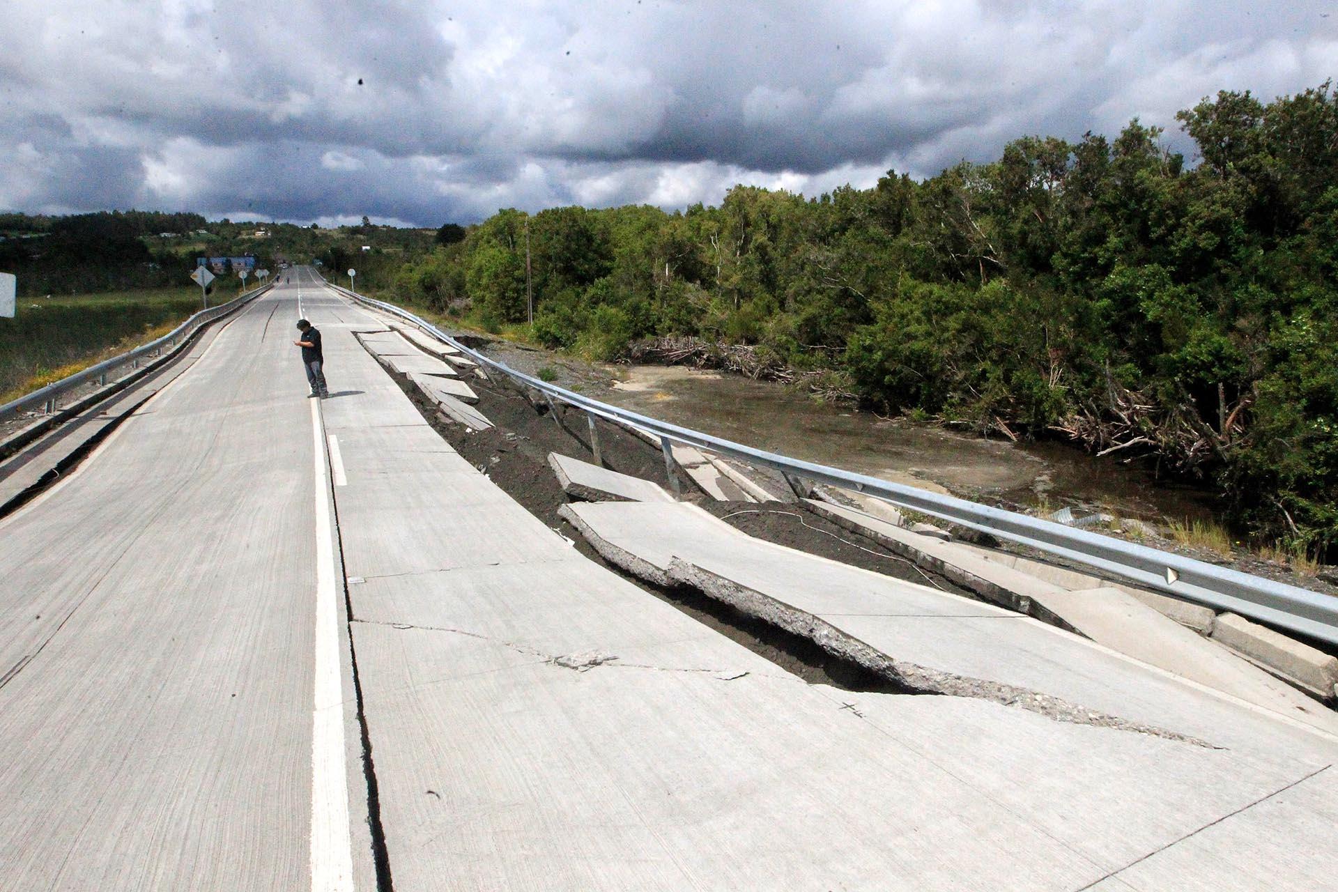 El terremoto dejó destrozos en carreteras