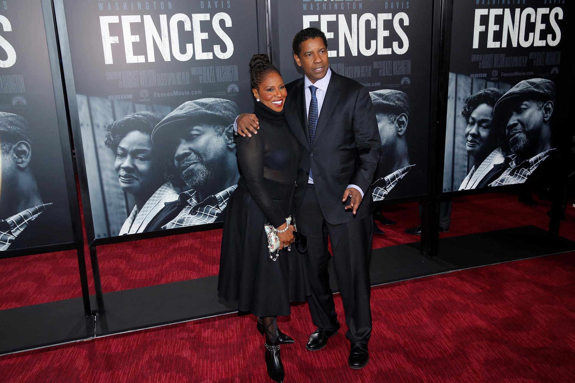 """Denzel Washington, quien también dirigió """"Fences"""", arribó a la red carpet en Nueva York, en compañía de su esposa Pauletta"""
