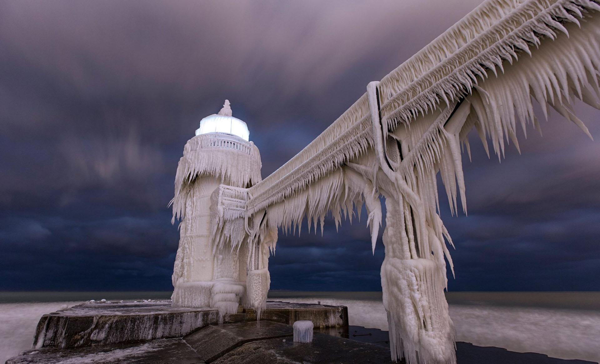 Días atrás, los termómetros registraron temperaturas bajo cero en algunas regiones de los Estados Unidos. El faro en St. Joseph, situado en la costa suroeste del lago Michigan es uno de los protagonistas