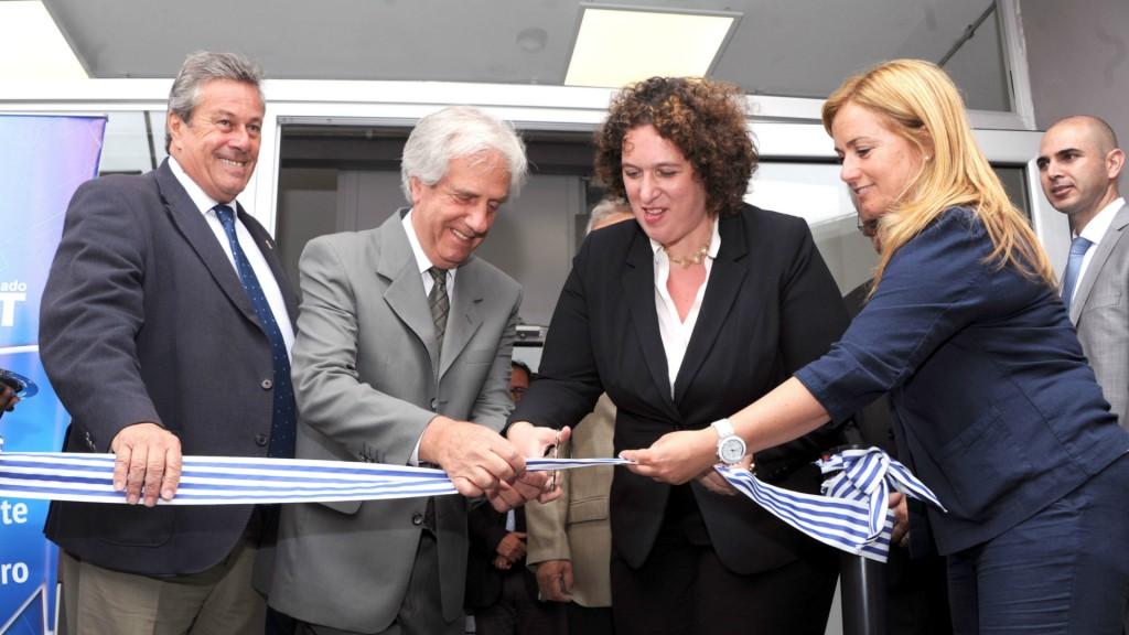 El intendente de Maldonado, Enrique Antía, el presidente de Uruguay, Tabaré Vázquez , y la embajadora de Israel en Uruguay, Nina Ben Ami durante la inauguración (EFE)