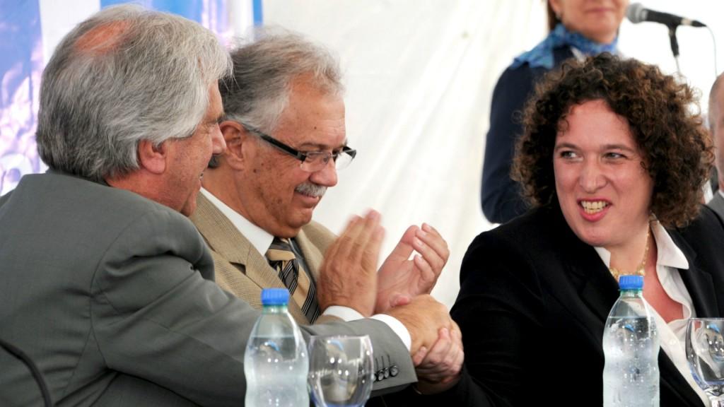 Tabaré Vázquez, el ministro de Defensa Nacional, Jorge Menéndez, y Nina Ben Ami durante otro momento la inauguración del centro de vigilancia en Punta del Este (EFE)