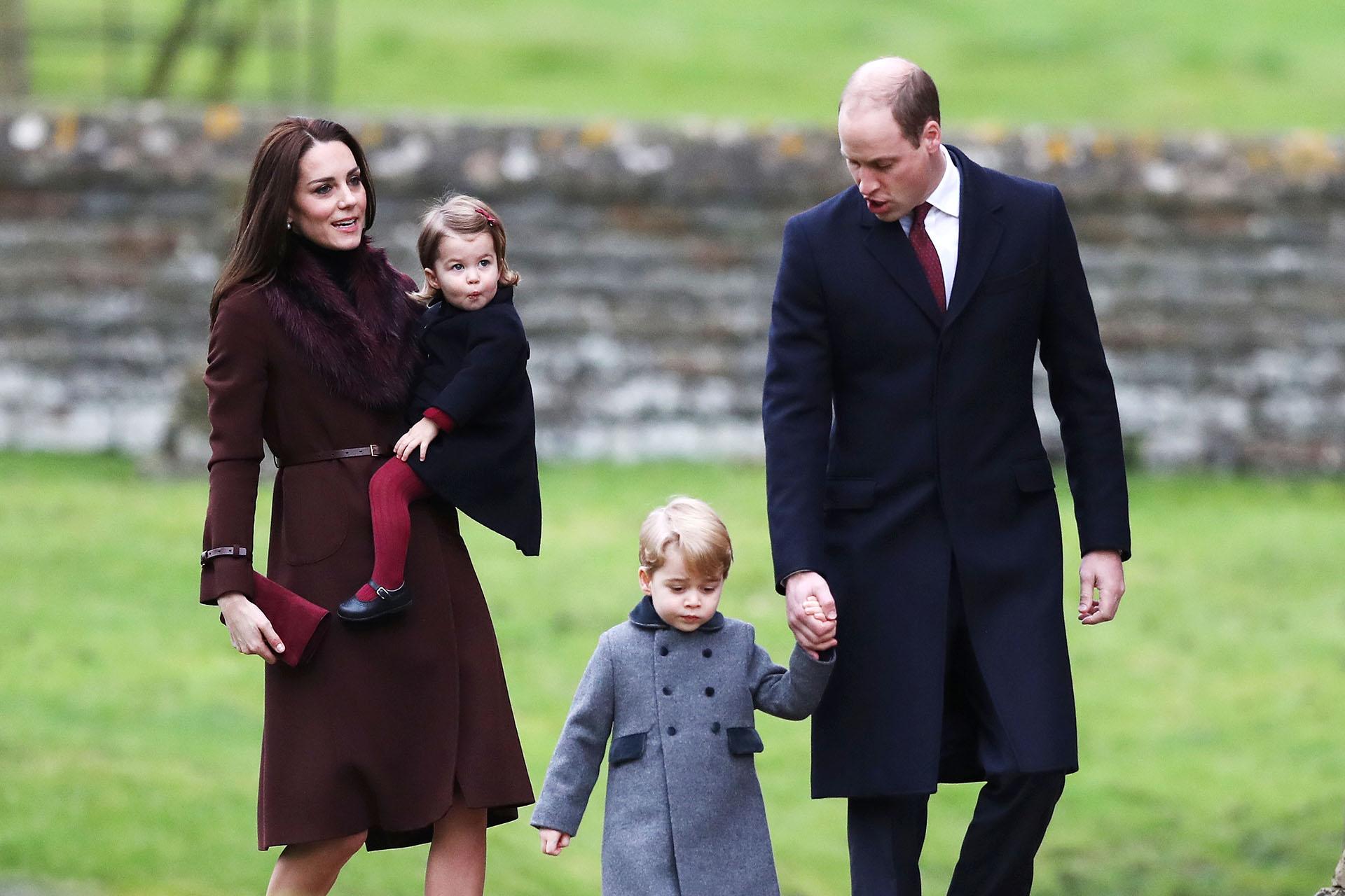 Los duques de Cambridge con sus hijos George y Charlotte (AFP)