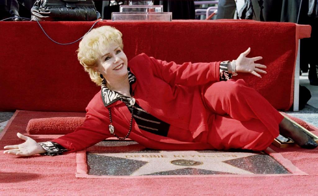 """Debbie Reynolds posa junto con su estrella en el """"Paseo de la fama"""" de Hollywood. (REUTERS)"""