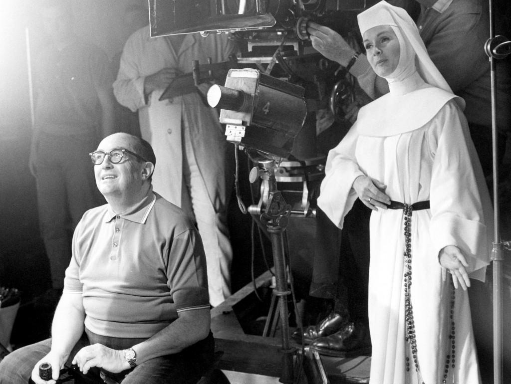 Debbie Reynolds vestida como una monja para interpretar la película 'Singin Nun', de 1966 (AP)
