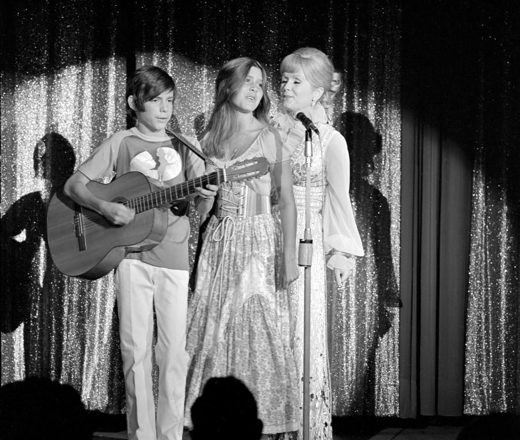 Las actrices estadounidenses Debbie Reynolds y sus hijos Carrie Fisher y Todd Fisher en la noche de apertura del espectáculo de Reynolds en el Desert Inn de Las Vegas, Nevada, EE.UU. el 28 de julio de 1971 (EFE)