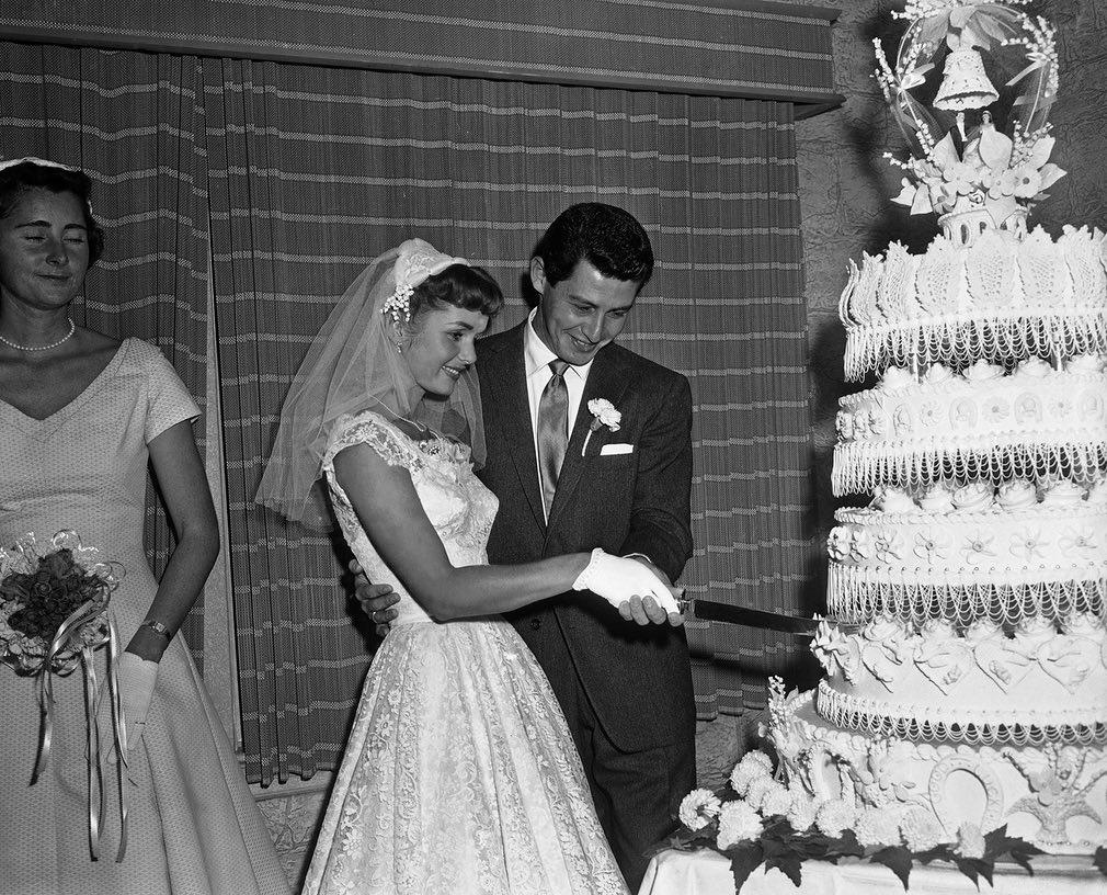 El matrimonio con el cantante Eddie Fisher en Grossinger, Nueva York, el 26 de septiembre de 1955 (AP)