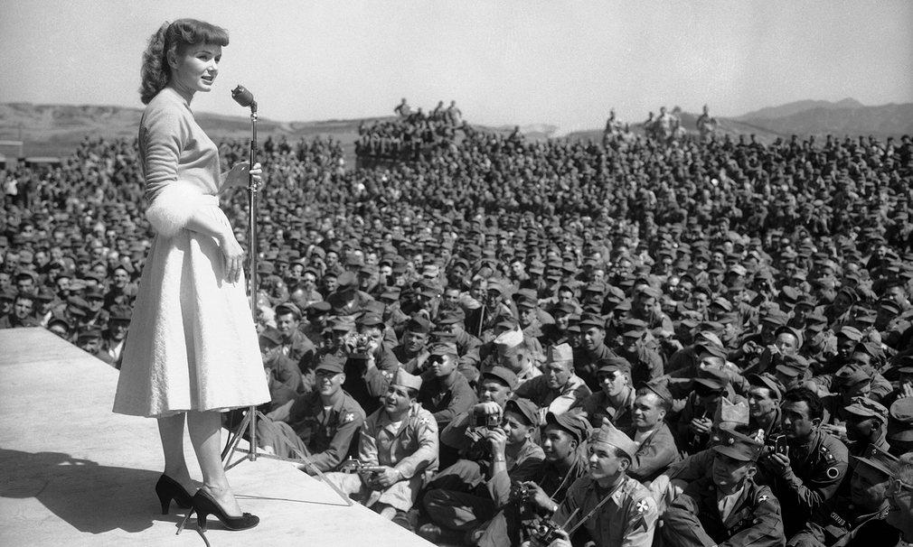 Debbie Reynolds cantando para las tropas estadounidenses en Seúl, Corea del Sur, el 23 de mayo 1955 (AP)