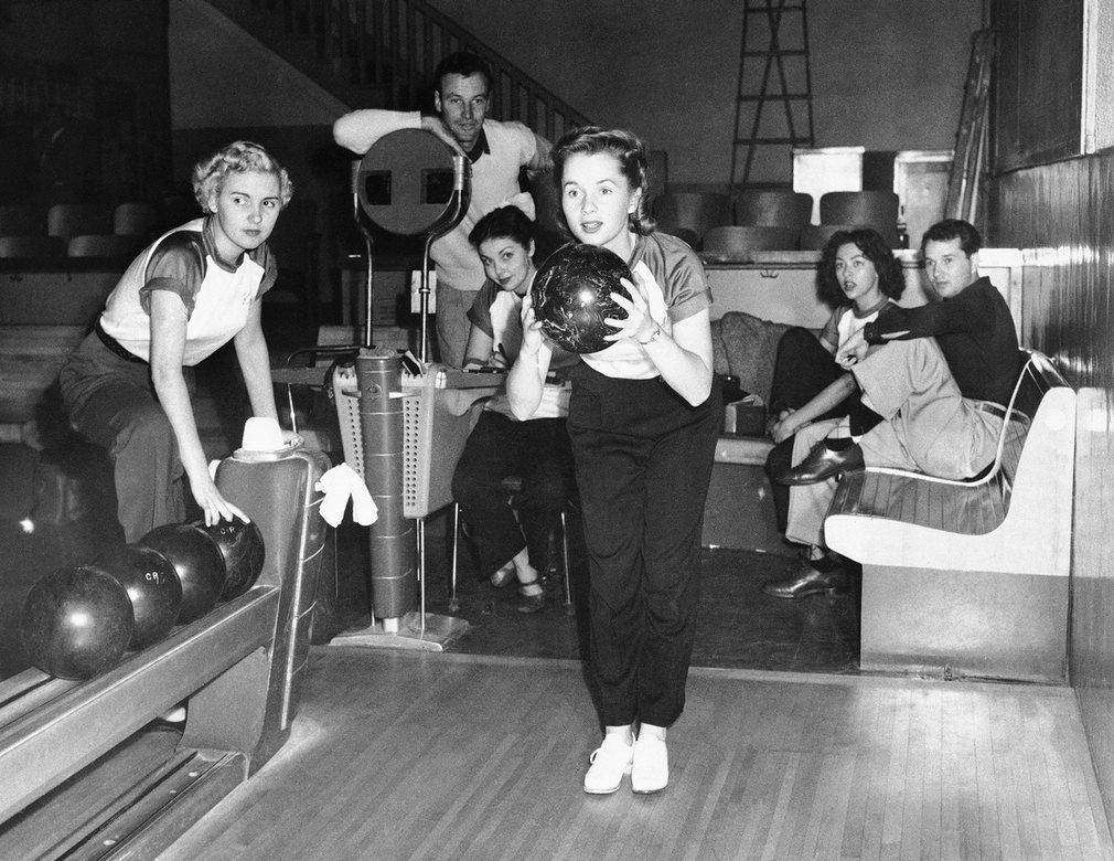 Reynolds durante un partido de bowling en Culver City, California, el 19 de abril de 1951 (AP)