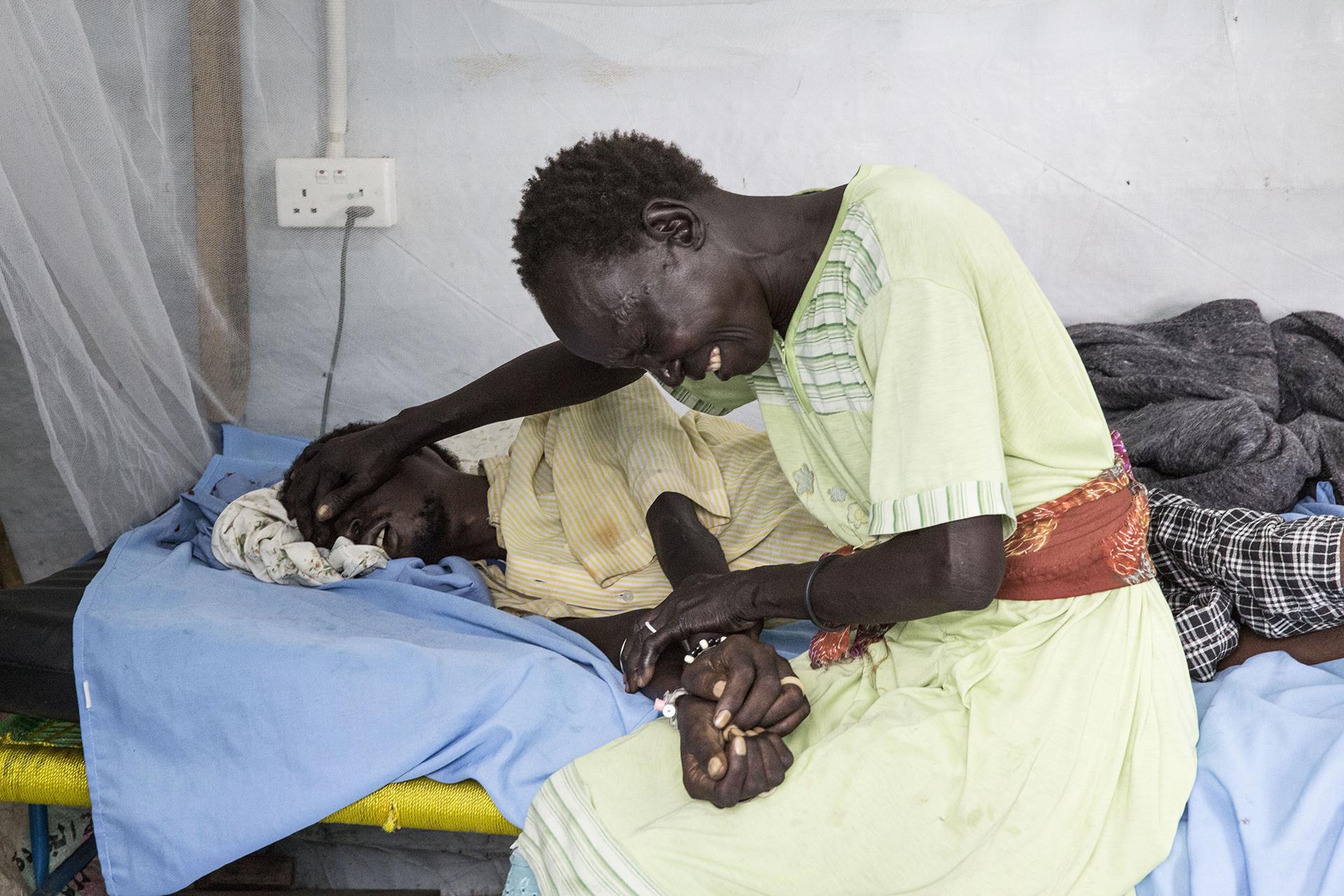 Una mujer llorando por su familiar enfermo en el hospital de MSF en el Centro de Protección de Civiles de las Naciones Unidas en Malakal, Sudán del Sur (©Anna Surinyach)