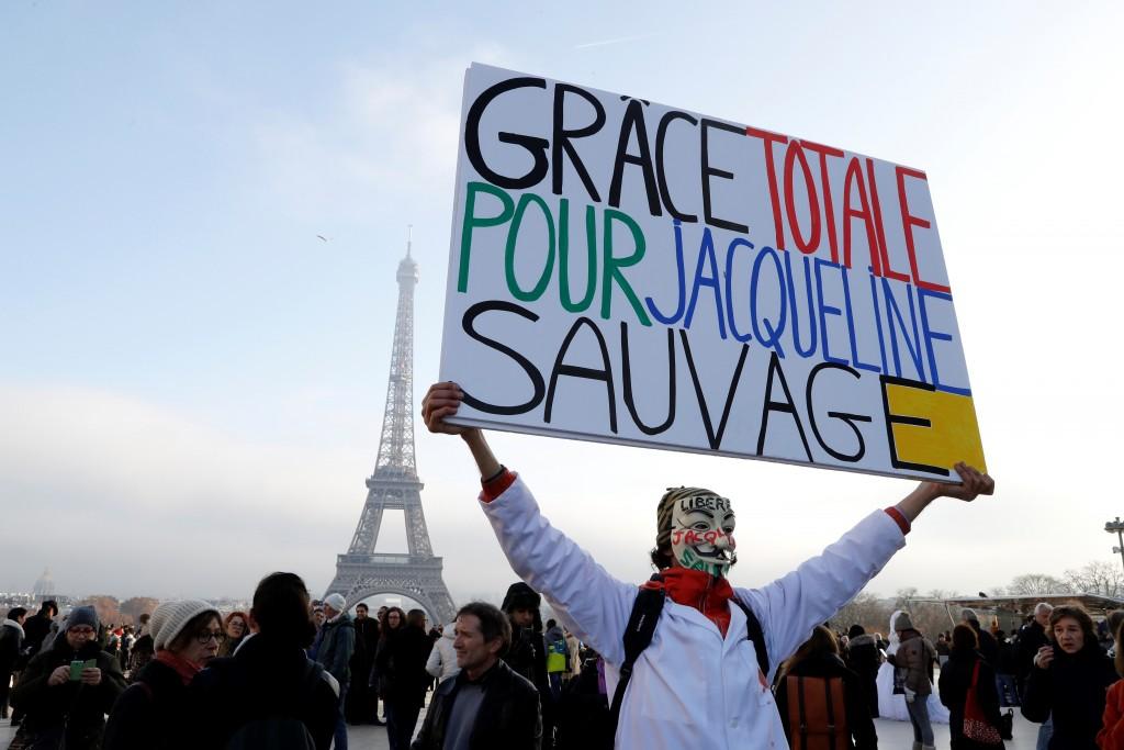 Una mujer manifestando en París por la liberación de Jaqueline Sauvage, el 10 de diciembre de 2016(AFP)