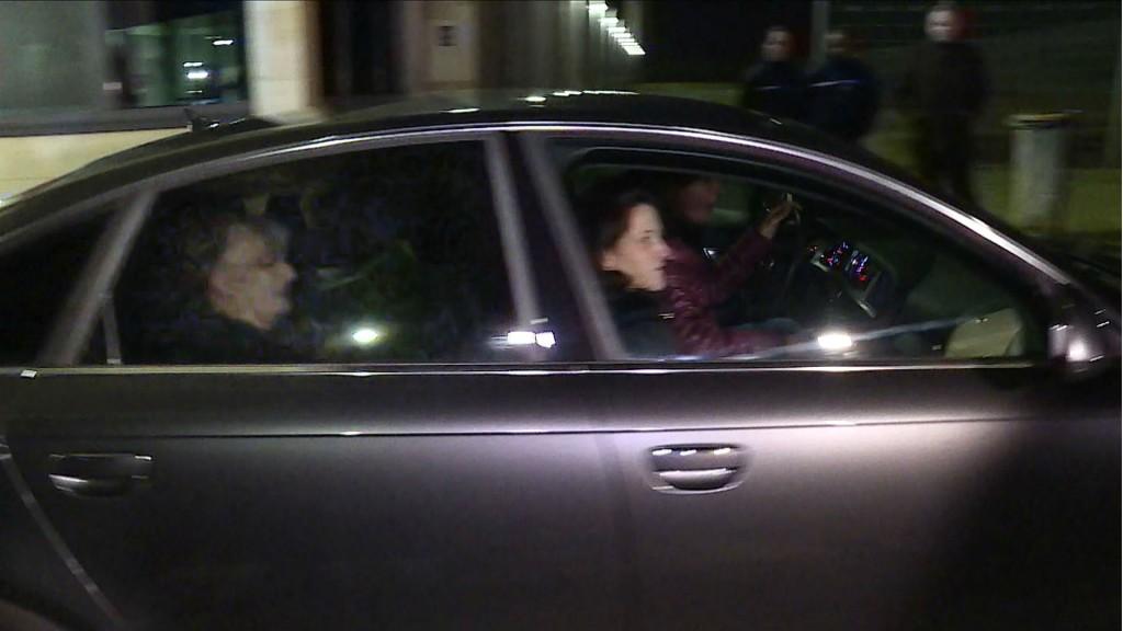Jaqueline Sauvage junto a sus tres hijas saliendo de la cárcel de Réau (AFP)