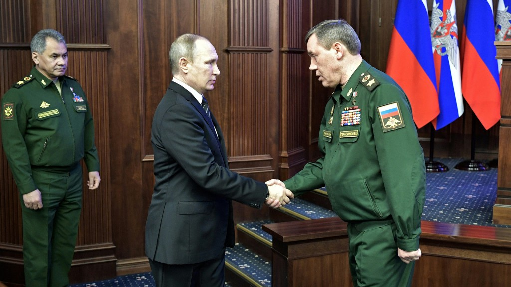 Gerasimov junto a Vladimir Putin (AFP)