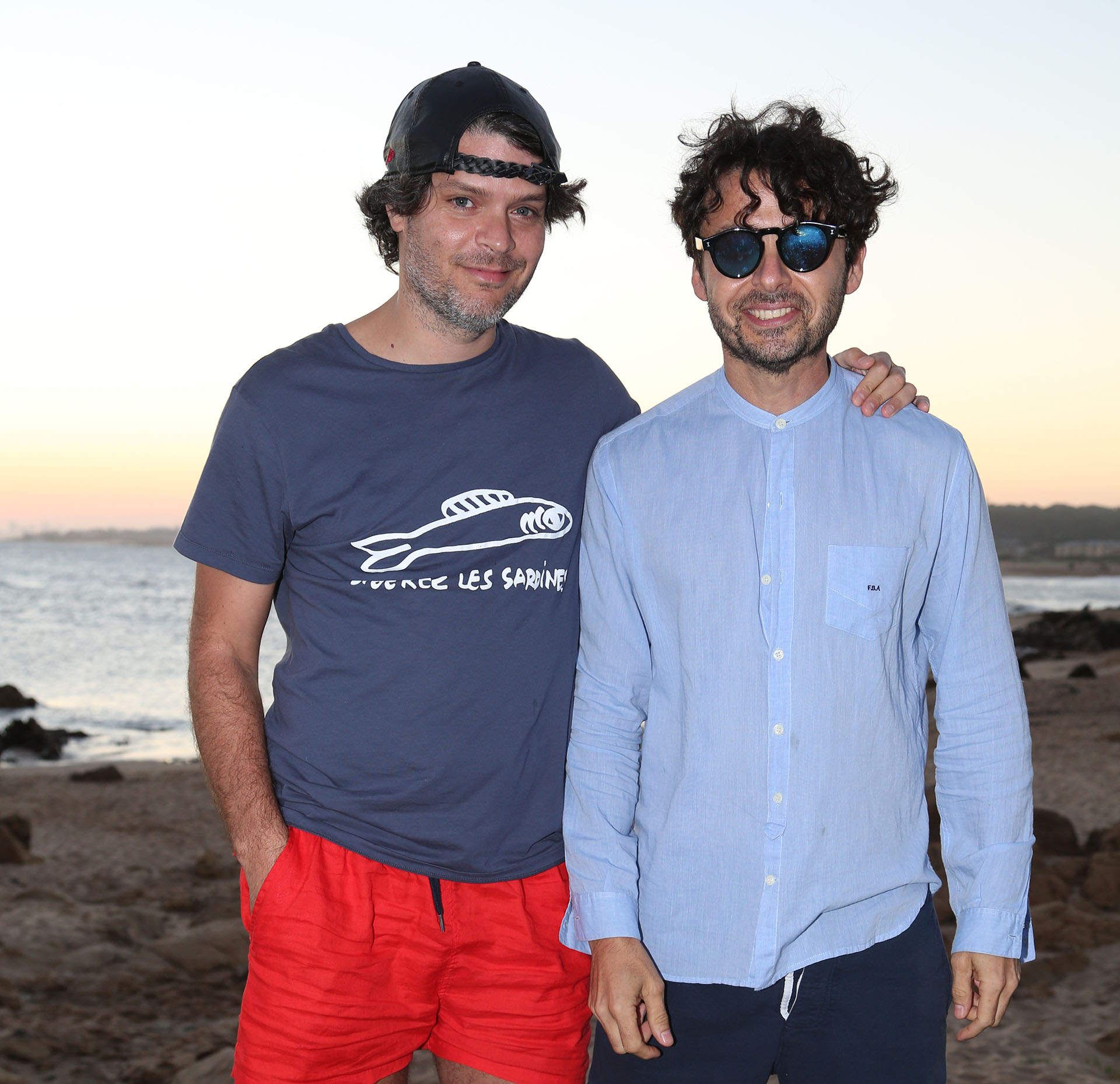 Eduardo Costantini (h) y Wally Diamante. A las 17, comenzaron a llegar los primeros invitados, que coronaron un gran día de playa entre copas de Álamos Moscatel de Alejandra y pinchos de camarones