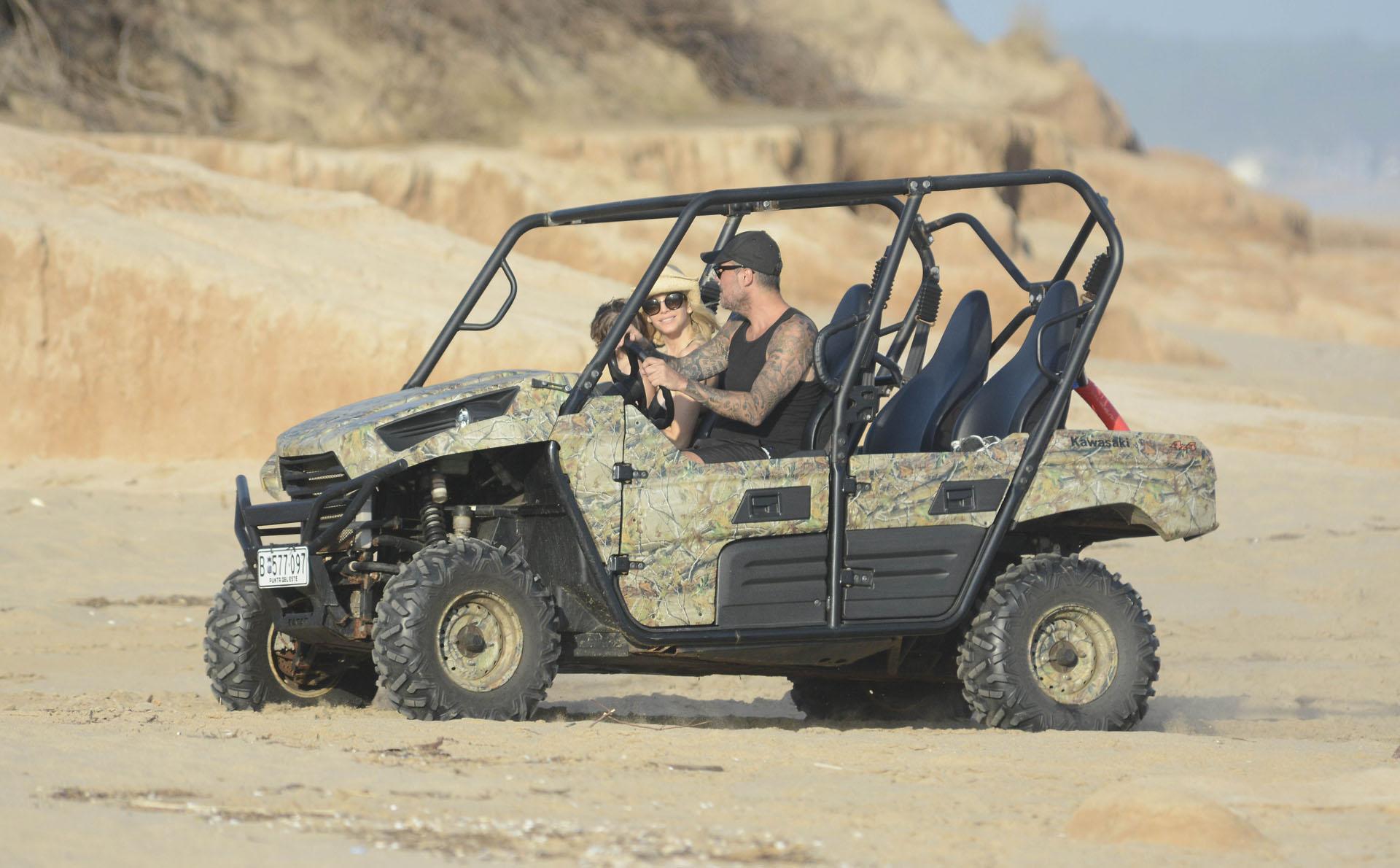 Tinelli junto a su mujer en el jeep recorriendo la playa uruguaya (Foto Crédito GM Press)