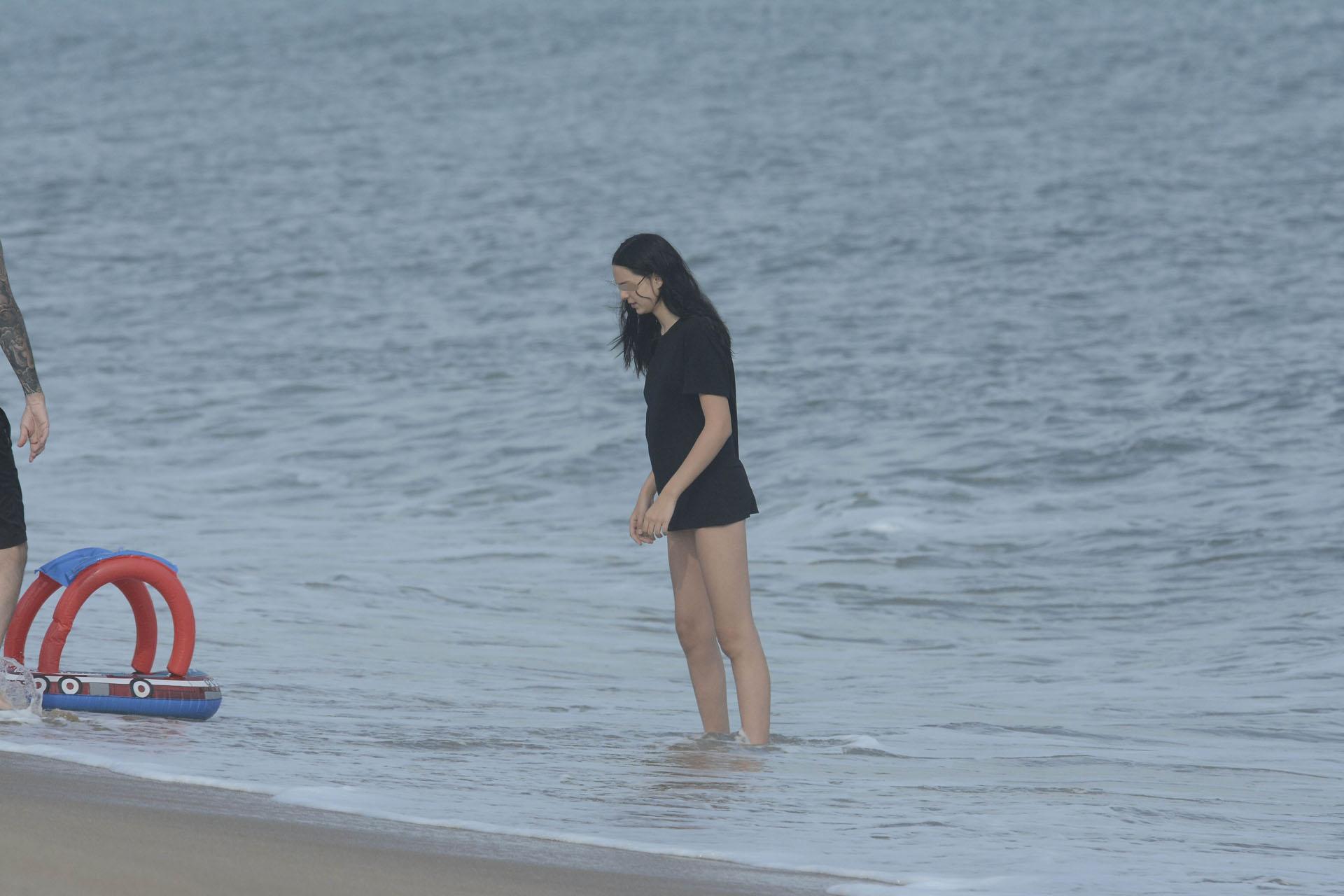 Juana Tinelli mojando sus pies en las aguas uruguayas (Foto Crédito GM Press)