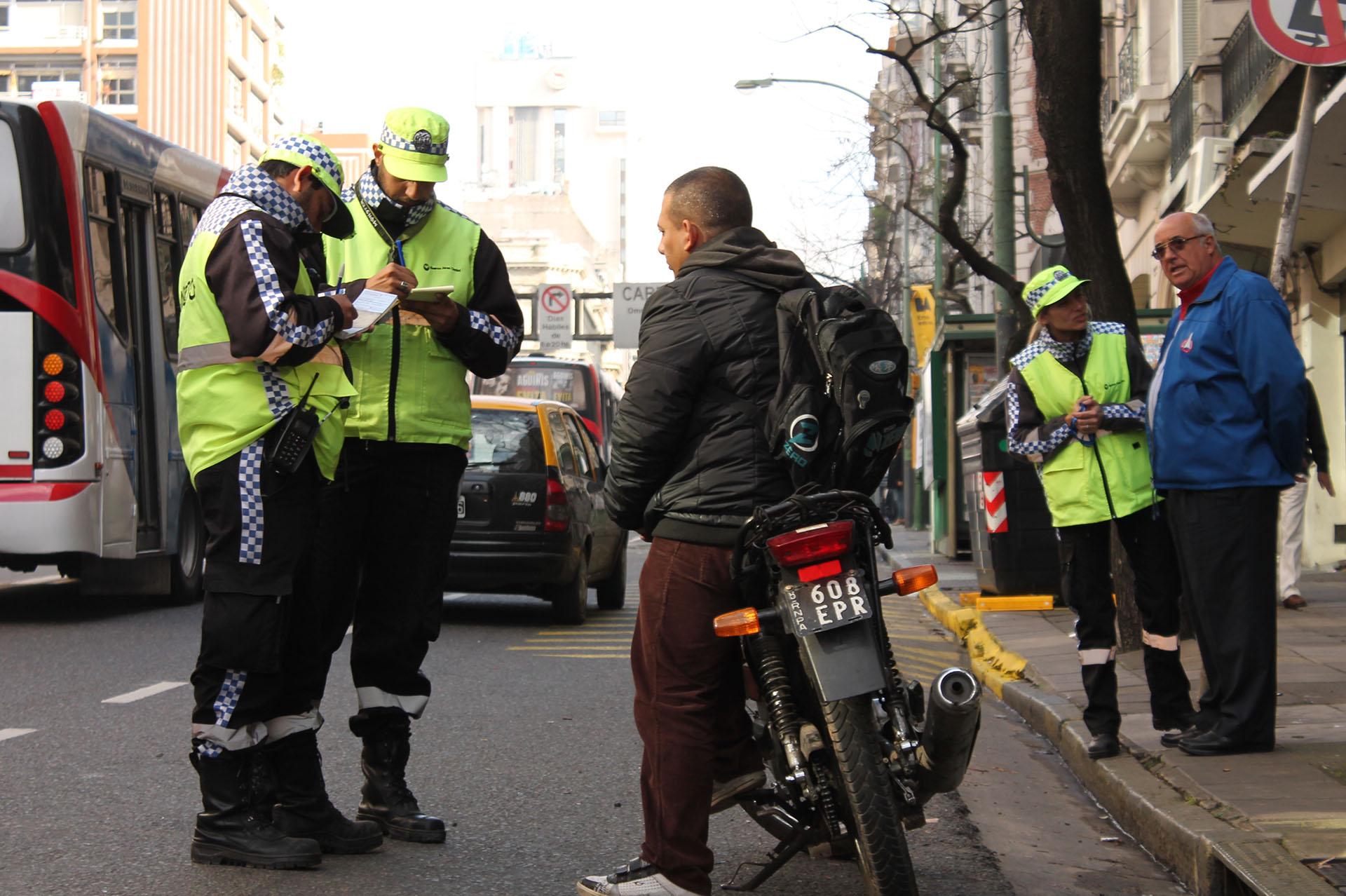 No llevar casco en la Ciudad de Buenos Aires merece una pena de 1.300 pesos (100 UF)