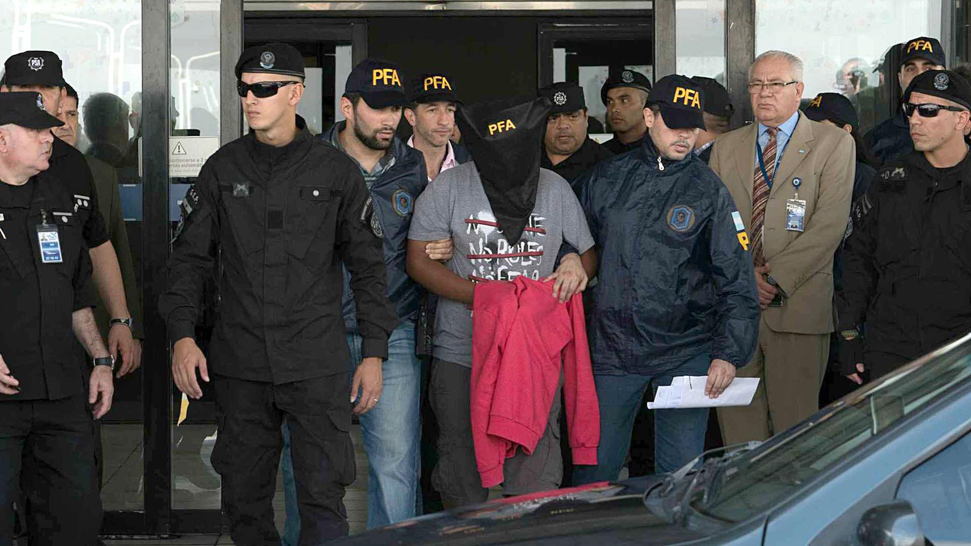 El acusado cuando fue detenido en Ezeiza (Télam)