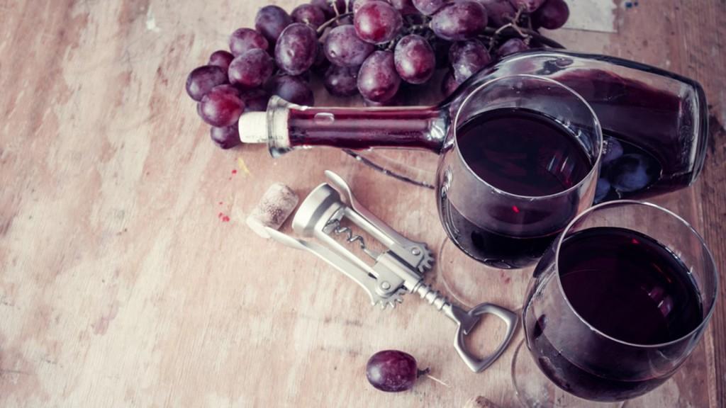 El vino después de descorchado puede conservarse solo unos días abierto (Shutterstock)