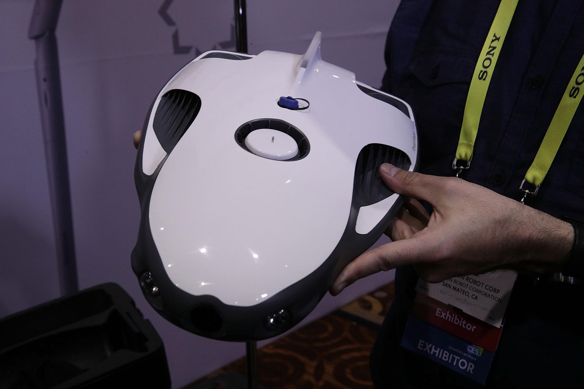 PowerRay, un robot acuático pensado para pescadores, que cuenta con una luz azul y emplea un sistema de sonido para detectar peces y avisar cuando eso ocurre, por medio de imágenes instantáneas que se mandan por un wi fi interno (Alex Wong/Getty Images/AFP)