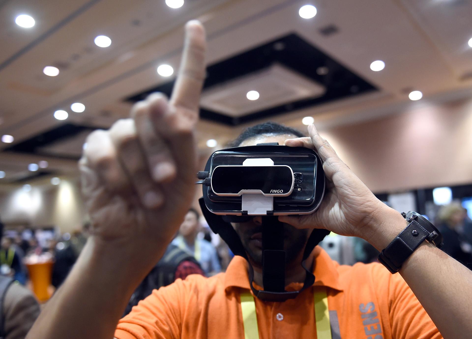 Fingo, un dispositivo que, al sumarse a las gafas de realidad virtual, genera una versión digital de los gestos que se hacen con la mano (David Becker/Getty Images/AFP).