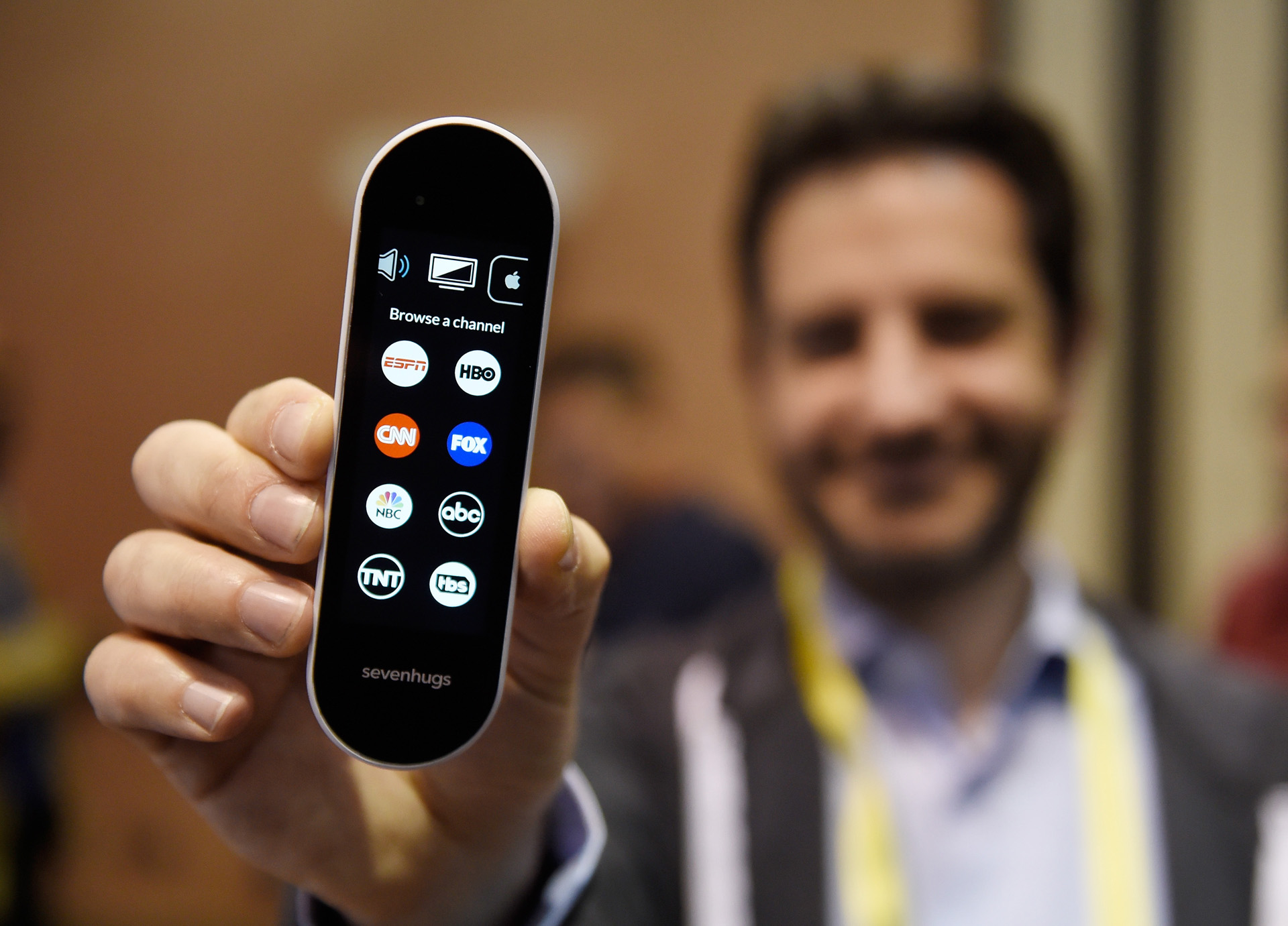El control remoto multiuso Sevenhugs es un control universal que permite operar varios electrodomésticos desde un mismo lugar (David Becker/Getty Images/AFP)