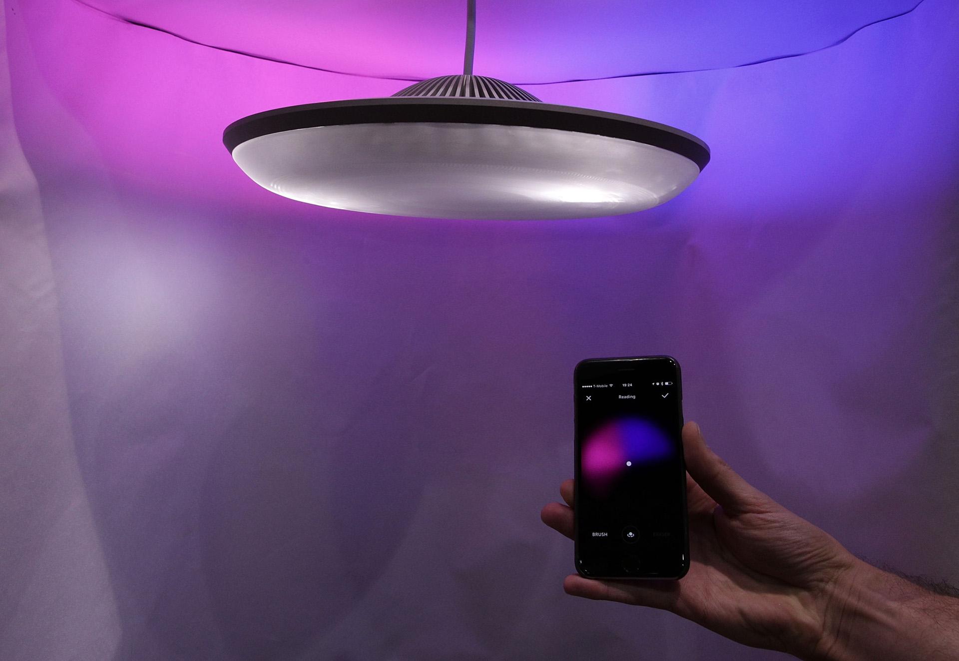 Una lámpara inteligente, creada por la compañía Luke Roberts, que proyecta diferentes juegos de luces según el gusto del usuario (Alex Wong/Getty Images/AFP)
