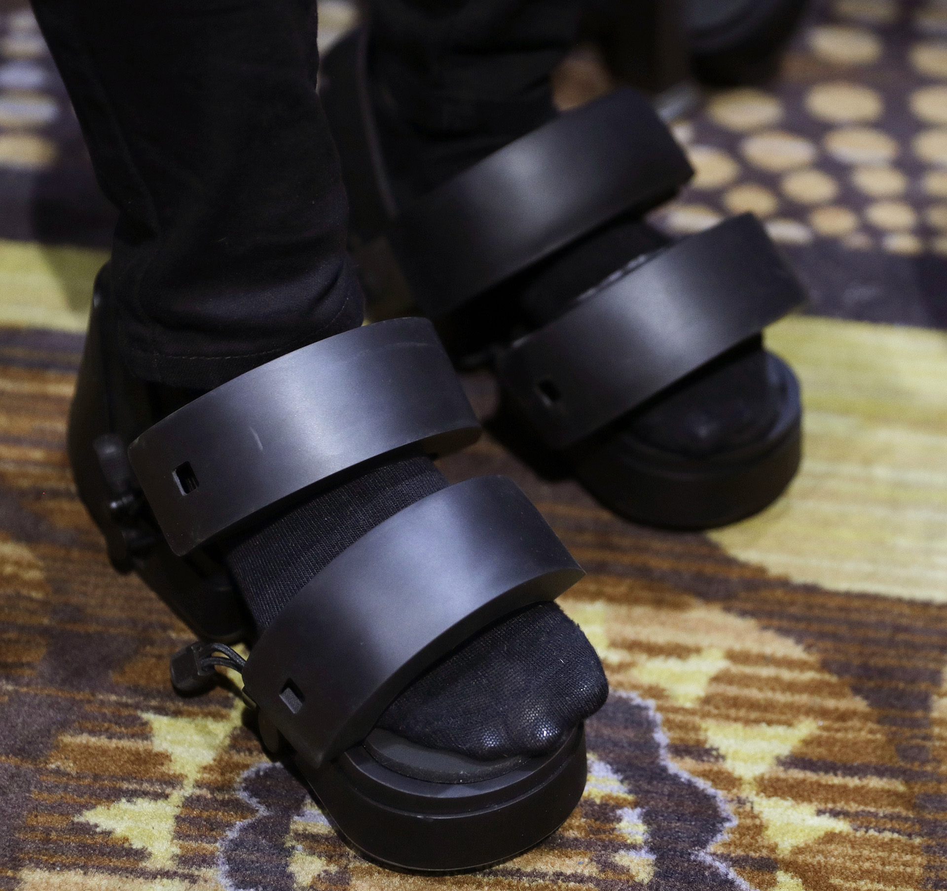 Zapatos de realidad virtual Taclim de Cerevo que permite experimentar diferentes superficies de forma digital (AP Photo/John Locher)