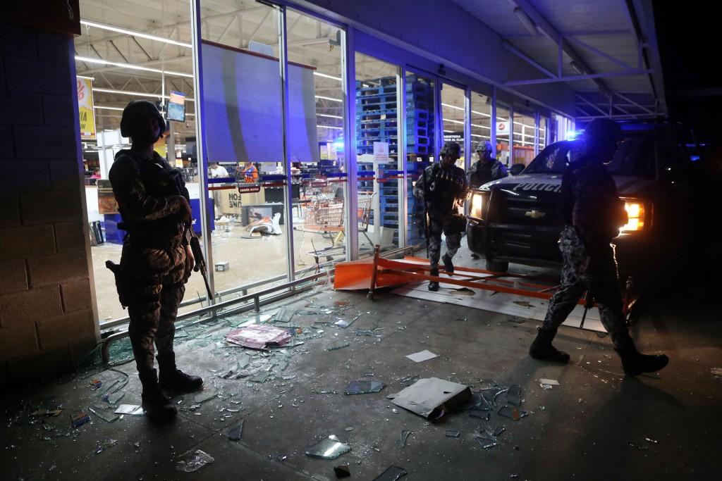 La violencia se extendió hasta la noche, varias horas después del llamado a la calma de Enrique Peña Nieto