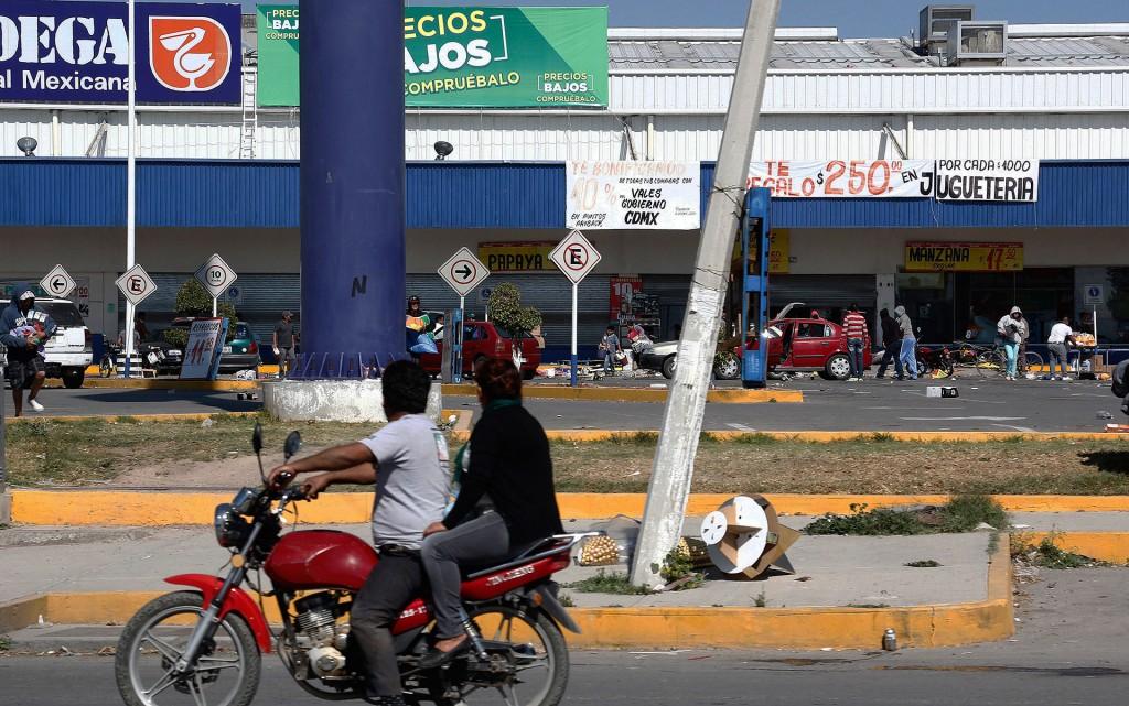 Autoridades de Pemex también han dicho que los bloqueos a calles que dan acceso a algunas terminales de almacenamiento de combustible han generado desabastecimiento y que el problema podría agravarse