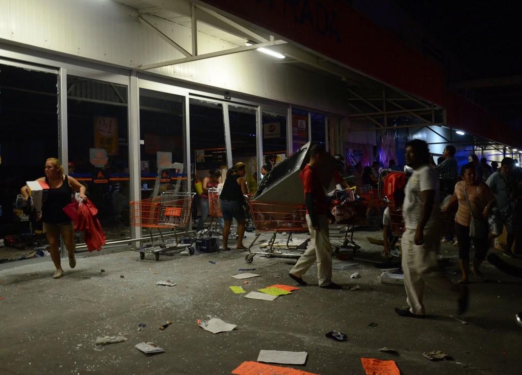 En la tienda de servicios y electrodomésticos Famsa de la zona conocida como Chivería, efectivos de la Marina desenfundaron sus armas y dispararon al aire para ahuyentar a los saqueadores