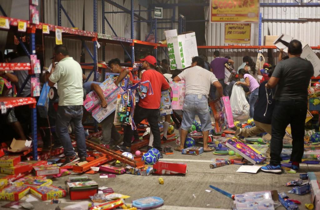 En Veracruz, cientos de personas saquearon tiendas como protesta ante el fuerte aumento del combustible, que entró en vigor el 1 de enero