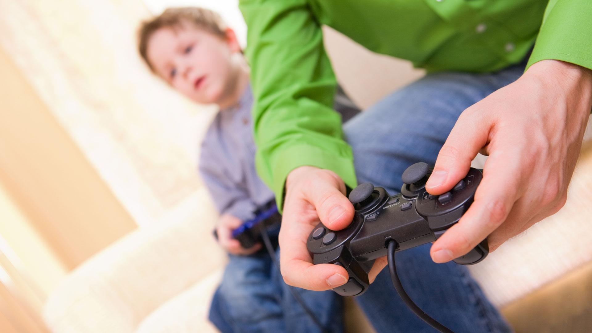 Los niños adictos a las pantallas tienen más probabilidades de desarrollar obesidad y problemas de la vista (iStock)