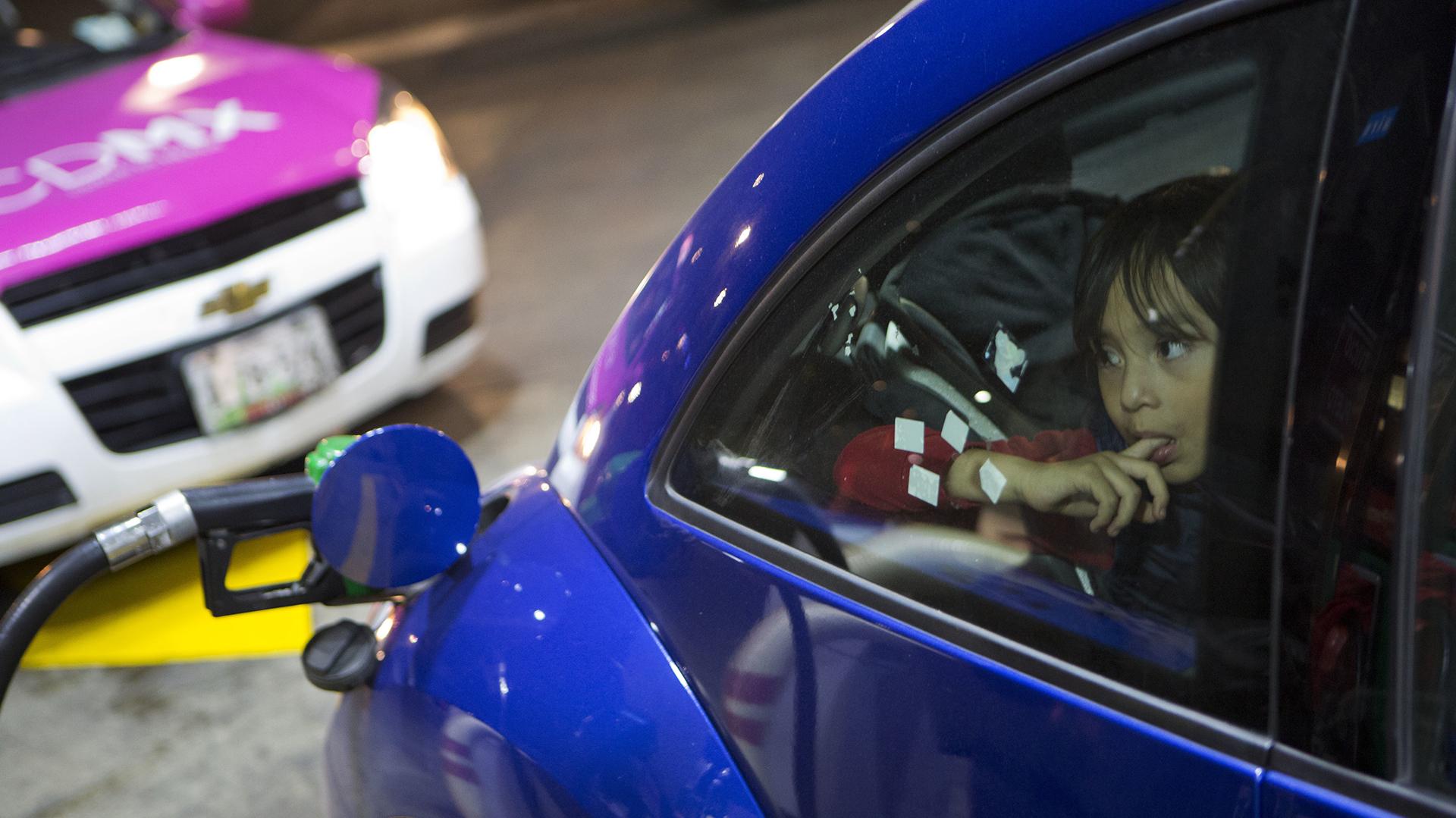 López Obrador ha señalado que la gasolina no subirá de precio más allá de la inflación (Foto: AP)