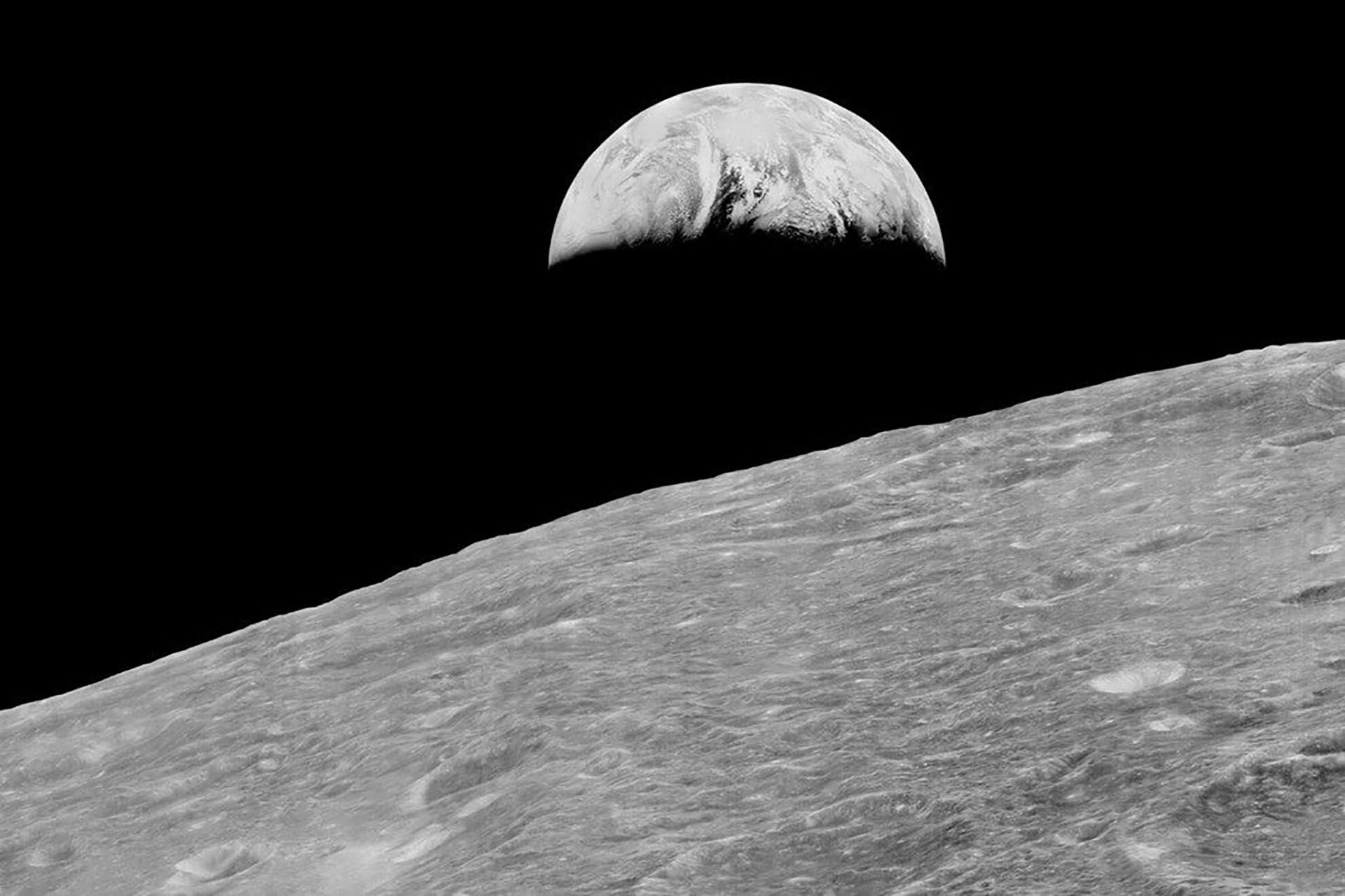 La primera imagen de la Tierra desde la recuperación de la órbita lunar, tomada por Lunar Orbiter 1 el 23 de agosto de 1966