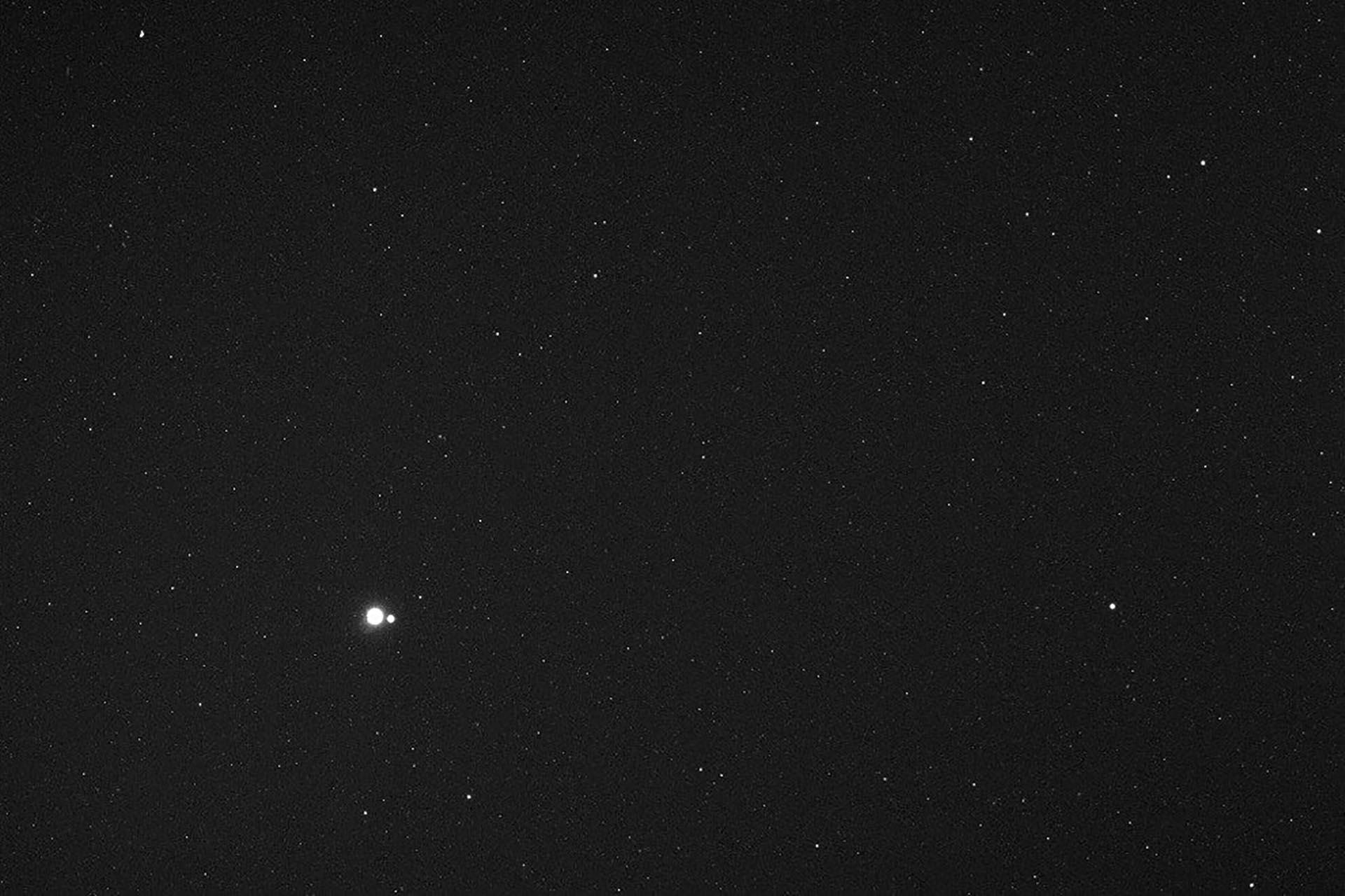La nave espacial Messenger de la NASA tomó esta fotografía de la Tierra y la Luna a unos 183 millones de kilómetros