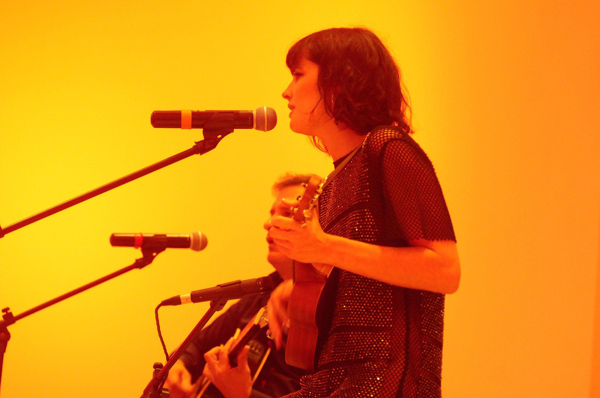 """Florencia Torrente brindó un show donde deslumbró con su dulce voz y su ukelele. Interpretó temas de Amy Winehouse, Johnny Cash y, también, algunos de su autoría que fueron los más aplaudidos como: """"Adiós"""" , """"Color del tiempo"""" y """"Quizás soy yo"""""""