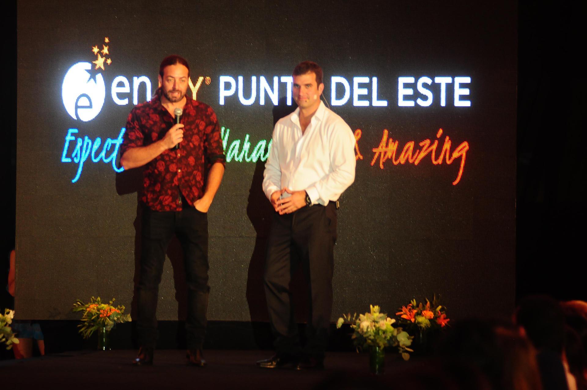 El desfile contó con la presencia del ex tenista chileno, Nicolás Massú (izquierda). En la foto, habla sobre la pasarela junto a Juan Eduardo Parker, gerente general de Enjoy Punta del este