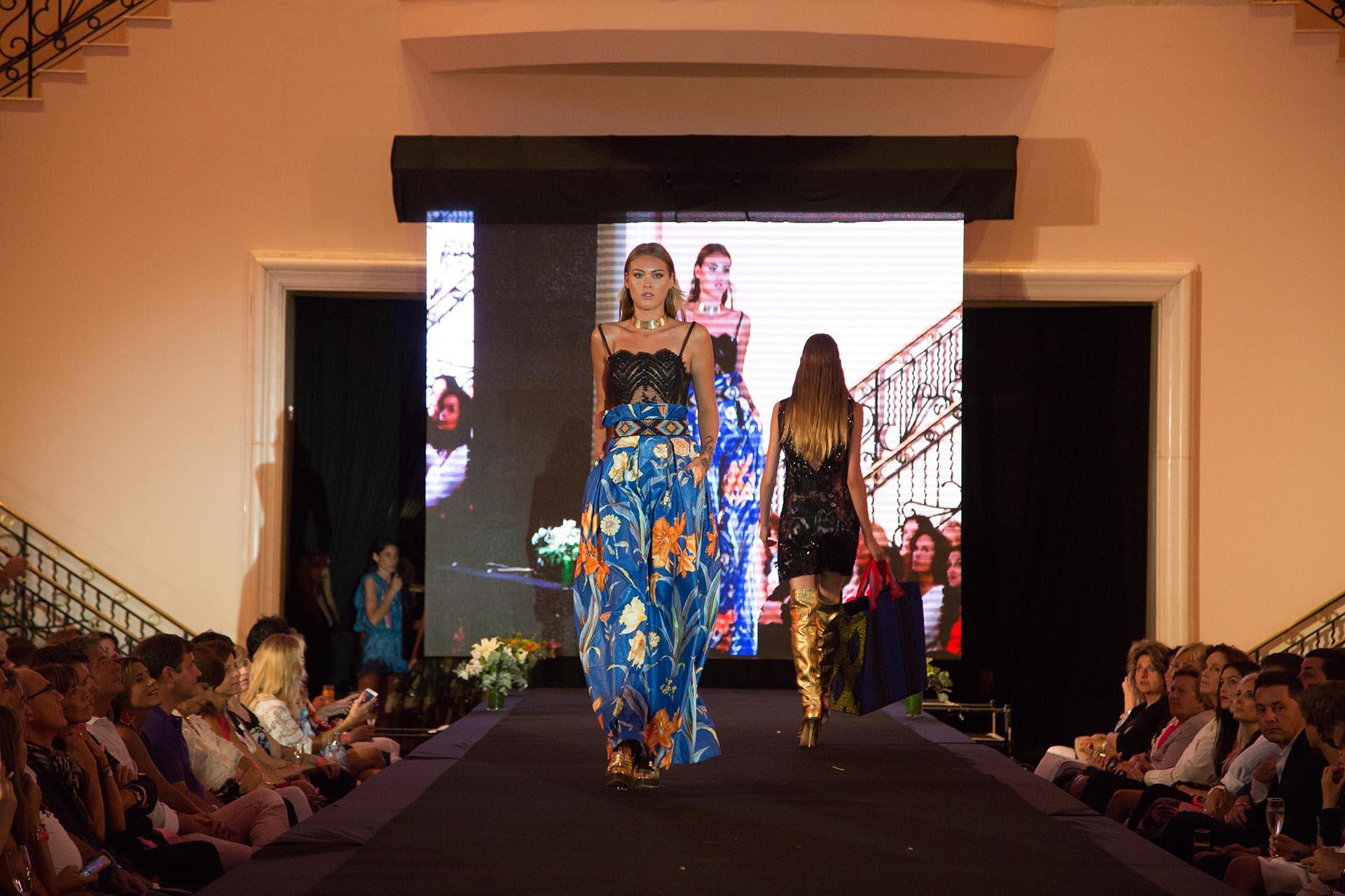 Las modelos, entre las que se encontraban algunas destacadas de la región como Katharina Kaminski, Gretel Skow y Valentina Wende, mostraron las prendas que marcaron los colores, formas y texturas del verano