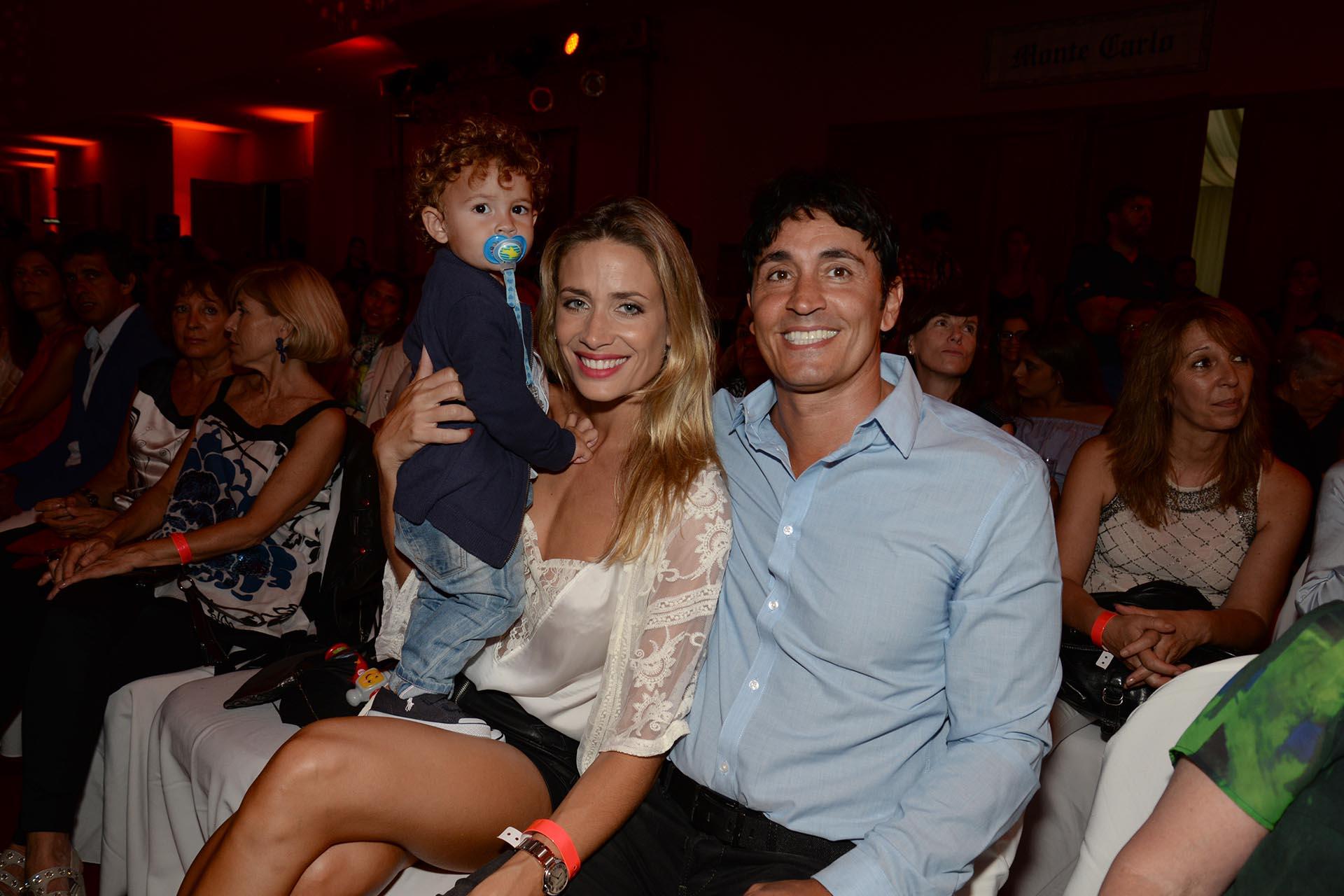 Sebastián Estevanez e Ivana Saccani con su pequeño hijo Valentino, en la primera fila del desfile