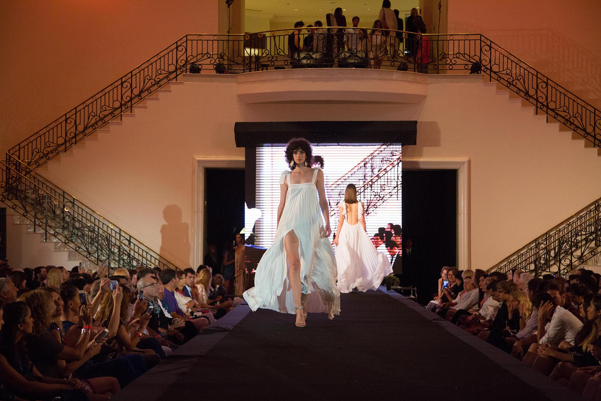 Más de 350 personas pudieron disfrutar de las últimas tendencias de la moda para esta temporada, de la mano de las marcas Carmen Steffens, Sarah Jessy Jones, María Gorof, Guevara Ocampo y Paula Errazuriz