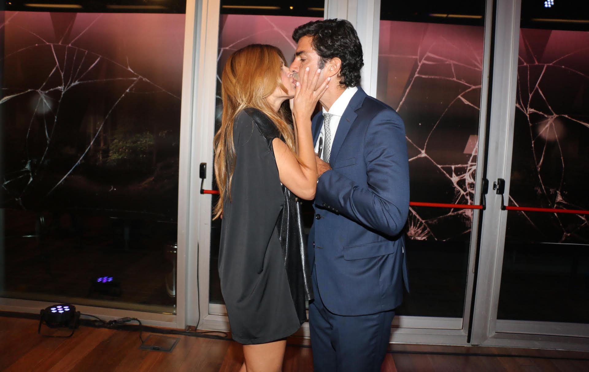 Muy acaramelados y a los besos Isabel Macedo y su esposo, Juan Manuel Urtubey