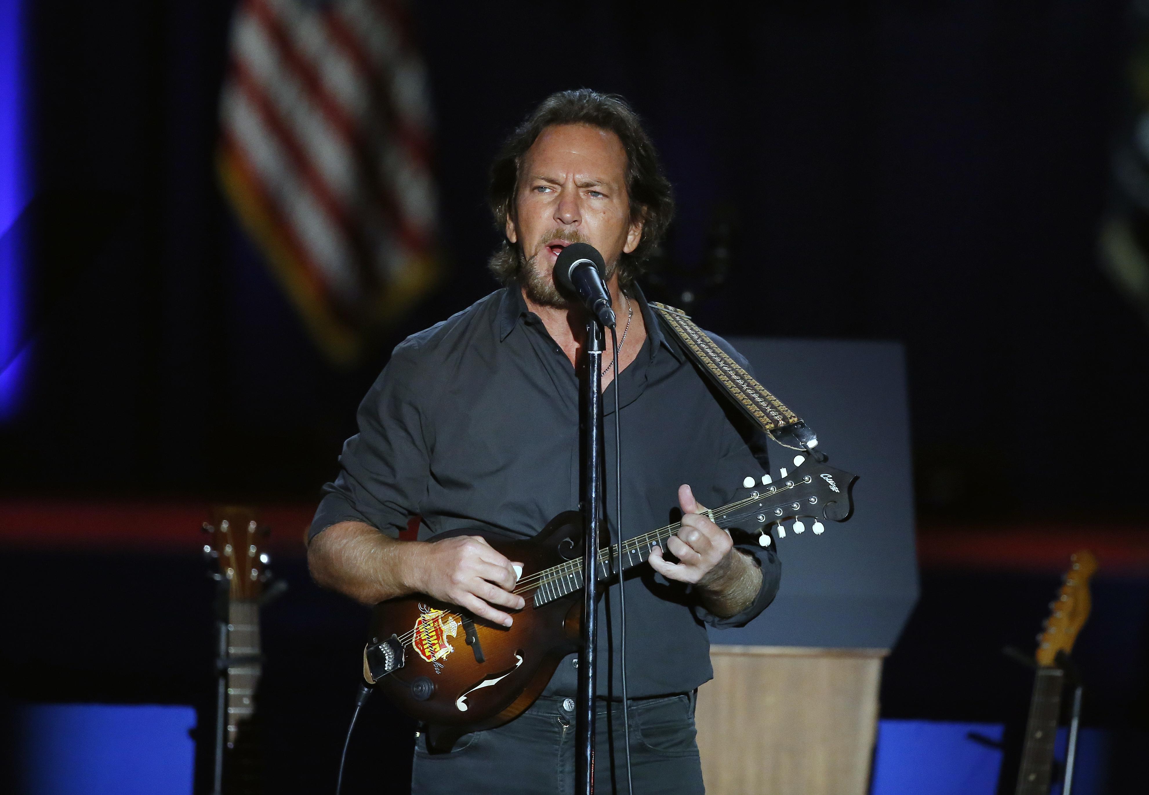 El cantante Eddie Vedder, de Pearl Jam, abrió el acto con un emocionante show (AP)