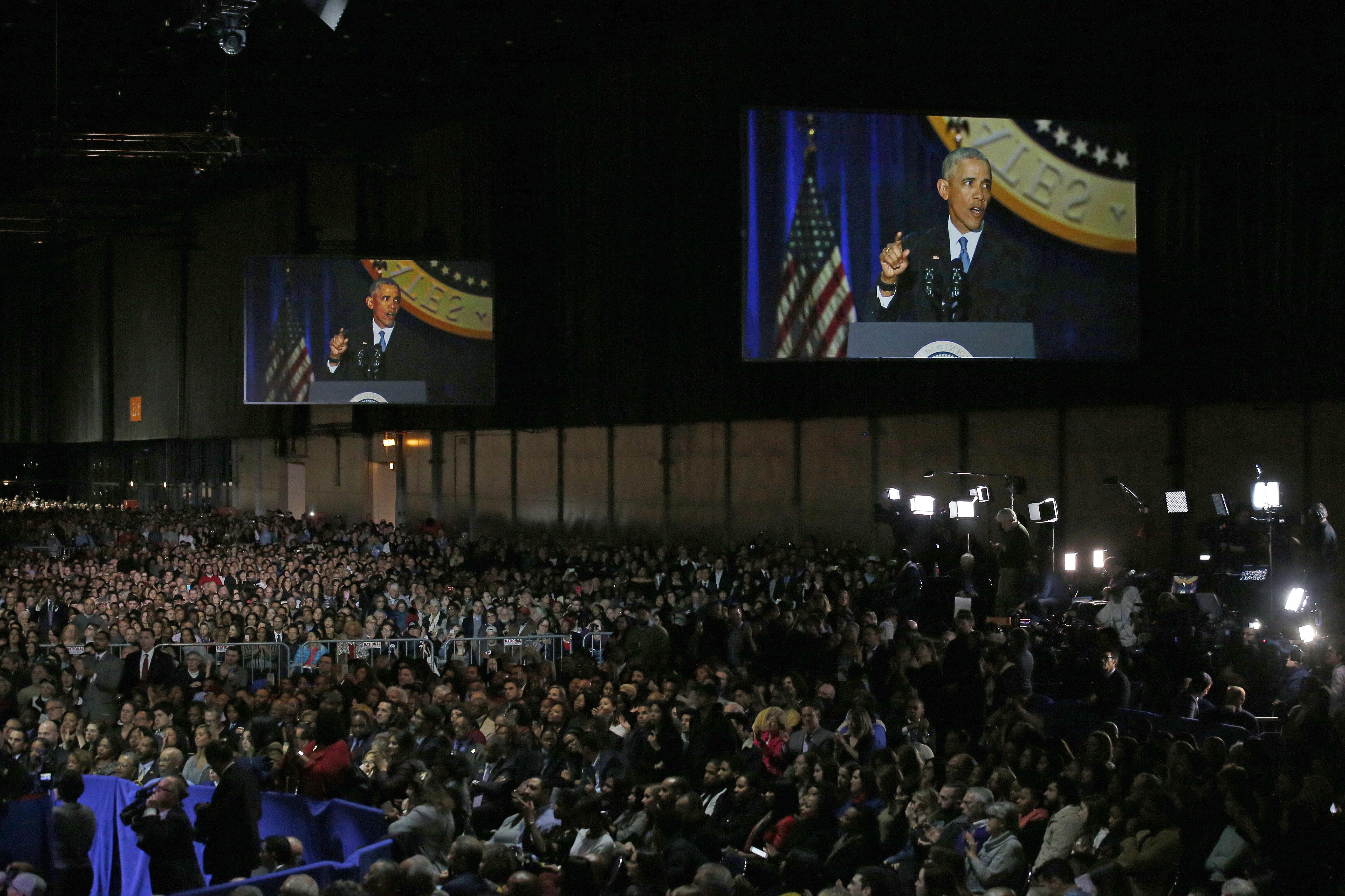 Los asistentes, cerca de 18 mil, escuchan atentos el discurso de Obama (AP Photo/Nam Y. Huh)