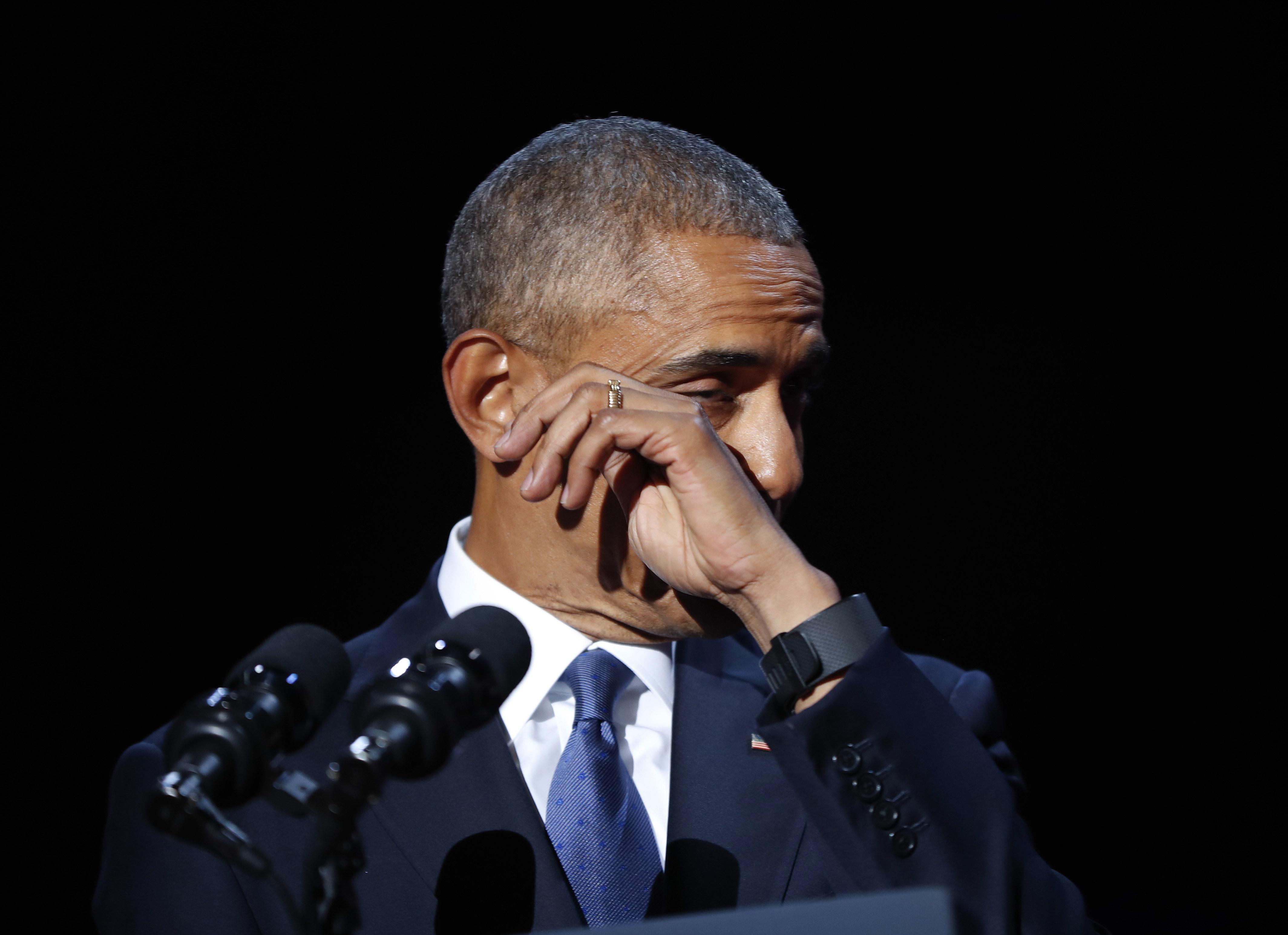 Uno de los momentos más emotivos del discurso,Barack Obama se limpia una lágrima cuando le dirigió unas palabras a su esposa, Michelle (AP)