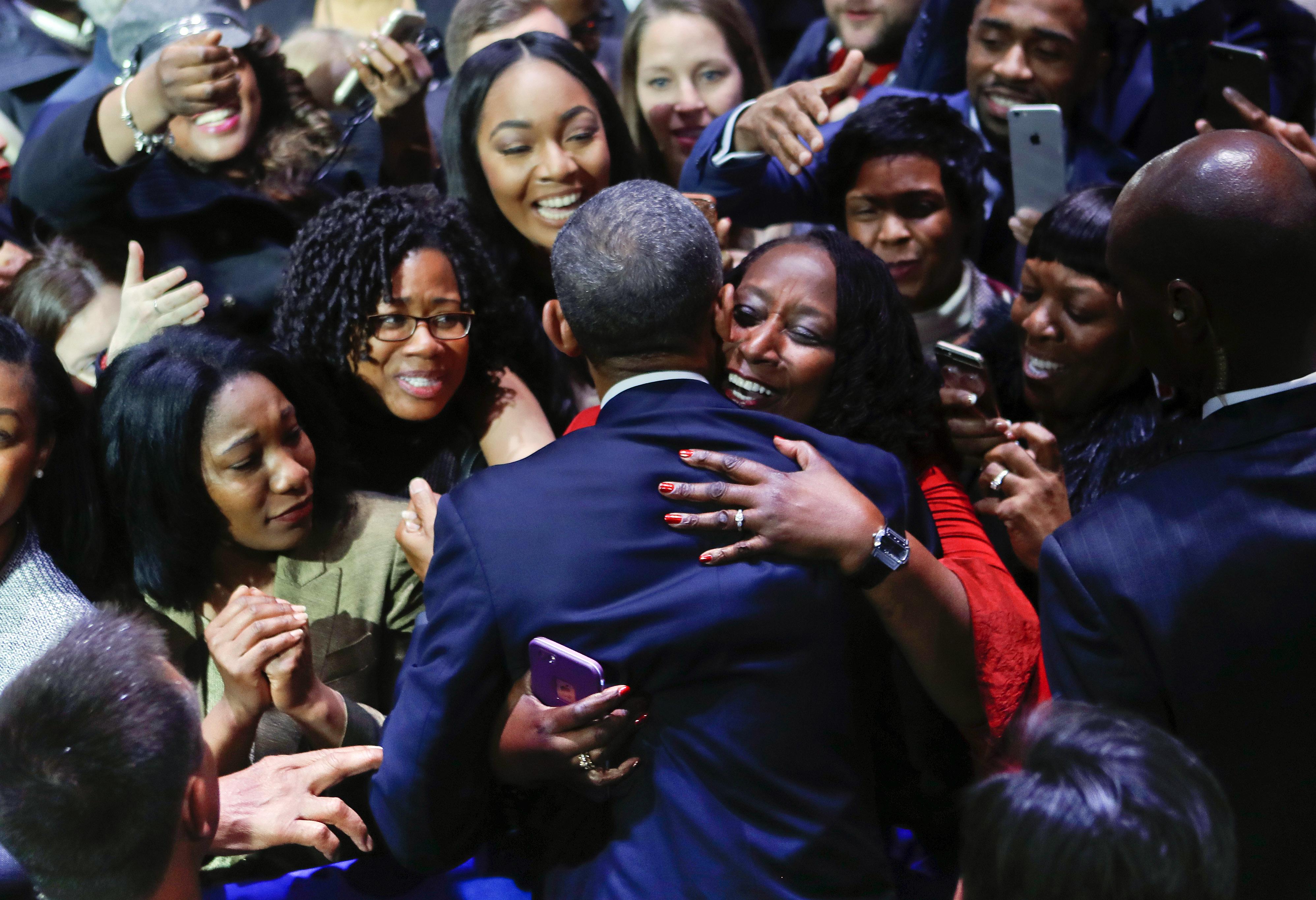 Una simpatizante abraza Obama (AP )