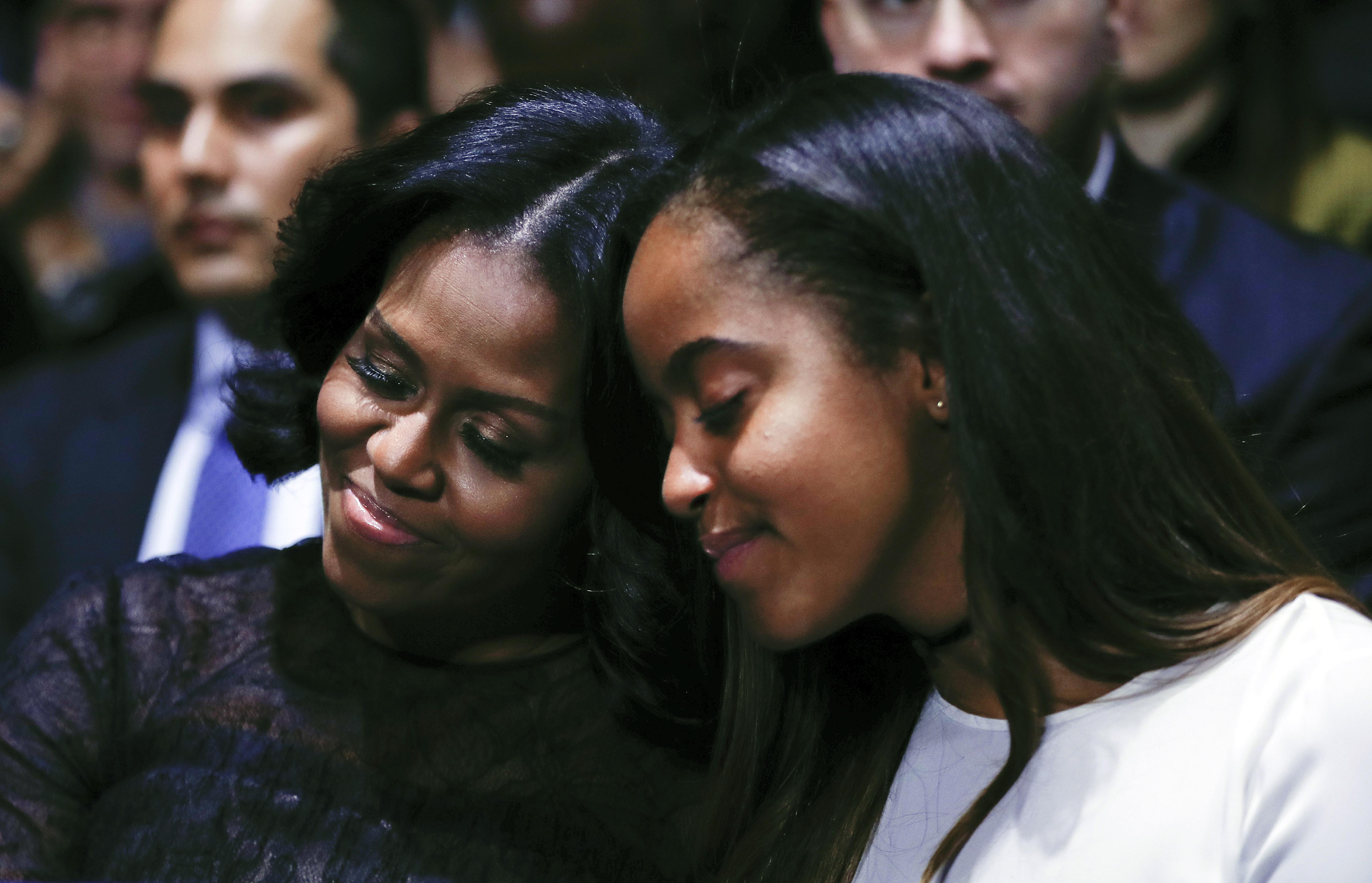 Madre e hija:Michelle Obama y Malia se recuestan una sobre otra (AP )